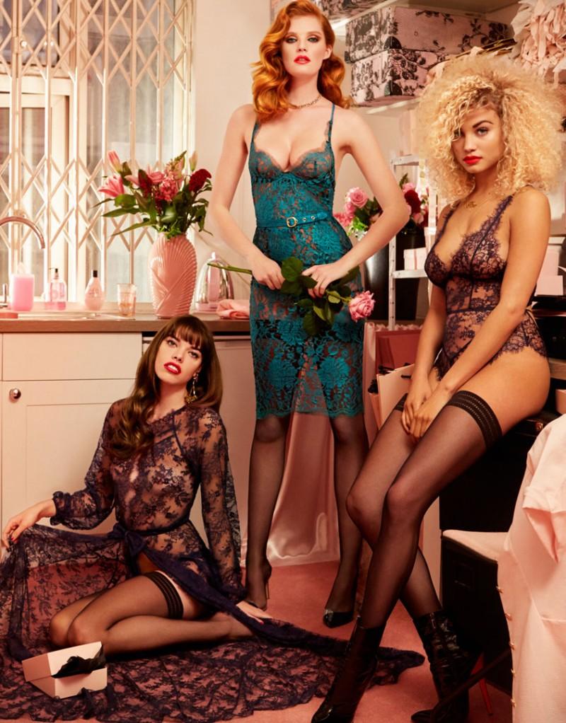 Боди CathieБелье<br>Поразительная модель в стиле 70-х Cathie &amp;ndash; прекрасный выбор для романтических особ. Ваше появление в Cathie будет элегантным и запоминающимся.<br><br>Соблазнительное боди из темно-синего флорального кружева с треугольными мягкими чашечками и глубоким декольте плотно облегает тело. Сзади боди также имеет глубокий вырез и привлекательную декоративную шнуровку. Модель Сathie очень мягкая наощупь. Боди идеально сочетается с халатом Willa и накладками Gi-Gi.<br><br>Возраст: Взрослый<br>Размер: L (4 AP)<br>Цвет: Синий<br>Пол: Женский