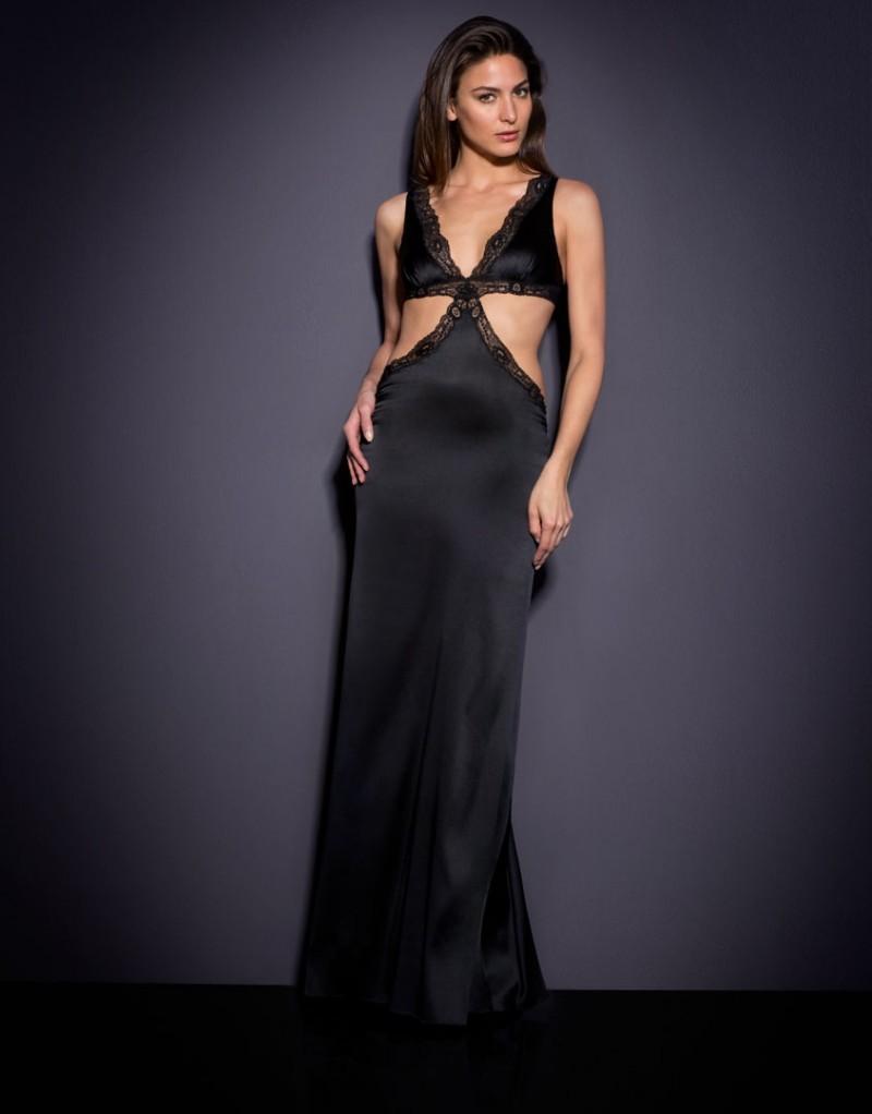 Платье MichelleЧерное белье<br>Бесстыдно чувственное платье Michelle выполнено из роскошного черного шелка.<br><br>Очаровательный силуэт в стиле 70-х, глубокое декольте, вырезы по бокам и оторочка французским кружевом ручной работы произведут незабываемое впечатление. Мягкий шелковый лиф с треугольными чашками застегивается сзади на маленькие сатиновые пуговицы. Вырезы по бокам плавно переходят в глубокое декольте на спине. На ягодицах платье слегка присборено. Образ завершает невесомый черный шлейф.<br><br>Элегантное платье Michelle подойдет и для вечернего выхода, и для ужина при свечах дома. Оно выглядит еще более соблазнительно в сочетании с комплектом цвета охры Leisa.<br><br>Возраст: Взрослый<br>Размер: S (2 AP)<br>Цвет: Черный