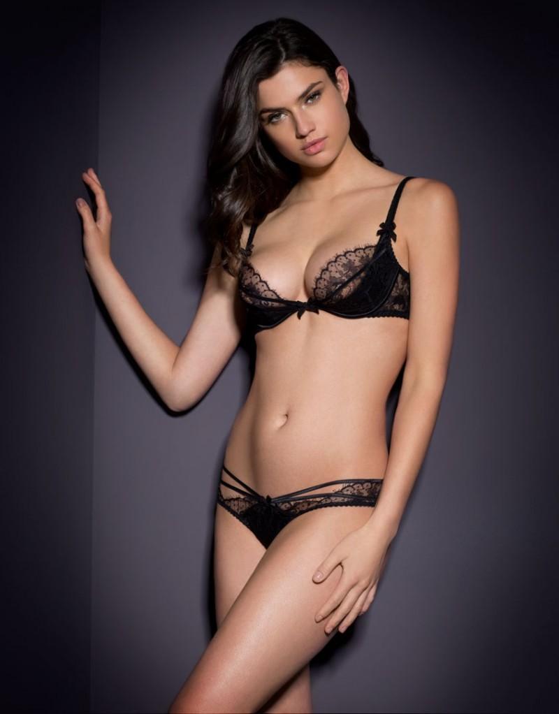 Классические трусики DonnaКлассические трусики<br>Наша новая классика &amp;ndash; Donna &amp;ndash; создана на основе модели Caitlin. Дразнящее сочетание черного французского кружева ливерс и бондажных лент делает ее невероятно сексуальной и женственной.<br><br>&amp;nbsp;<br><br>Крошечные трусики Donna с шелковой вставкой спереди и кружевной линией талии украшены тремя рядами мягкой шелковой ленты вдоль бедер. Ленты соблазнительно перекрещиваются на ягодицах. Сзади трусики украшает глубокий v-образный вырез. Маленький плиссированный бантик на талии завершает образ. Неважно, кто Вы &amp;ndash; изощренная женщина Agent Provocateur или любительница экспериментов, пожелавшая разнообразить свой бельевой гардероб, &amp;ndash; Donna станет для Вас настоящей находкой!&amp;nbsp;<br><br>Дополните образ подходящими по цвету&amp;nbsp;чулками под пояс&amp;nbsp;Seam &amp;amp; Heel Nylon.<br><br>Возраст: Взрослый<br>Размер: L (4 AP);XS (1 AP)<br>Цвет: Черный<br>Пол: Женский