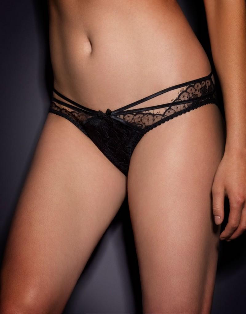 Классические трусики DonnaКлассические трусики<br>Наша новая классика &amp;ndash; Donna &amp;ndash; создана на основе модели Caitlin. Дразнящее сочетание черного французского кружева ливерс и бондажных лент делает ее невероятно сексуальной и женственной.<br><br>&amp;nbsp;<br><br>Крошечные трусики Donna с шелковой вставкой спереди и кружевной линией талии украшены тремя рядами мягкой шелковой ленты вдоль бедер. Ленты соблазнительно перекрещиваются на ягодицах. Сзади трусики украшает глубокий v-образный вырез. Маленький плиссированный бантик на талии завершает образ. Неважно, кто Вы &amp;ndash; изощренная женщина Agent Provocateur или любительница экспериментов, пожелавшая разнообразить свой бельевой гардероб, &amp;ndash; Donna станет для Вас настоящей находкой!&amp;nbsp;<br><br>Дополните образ подходящими по цвету&amp;nbsp;чулками под пояс&amp;nbsp;Seam &amp;amp; Heel Nylon.<br><br>Возраст: Взрослый<br>Размер: L (4 AP)<br>Цвет: Черный