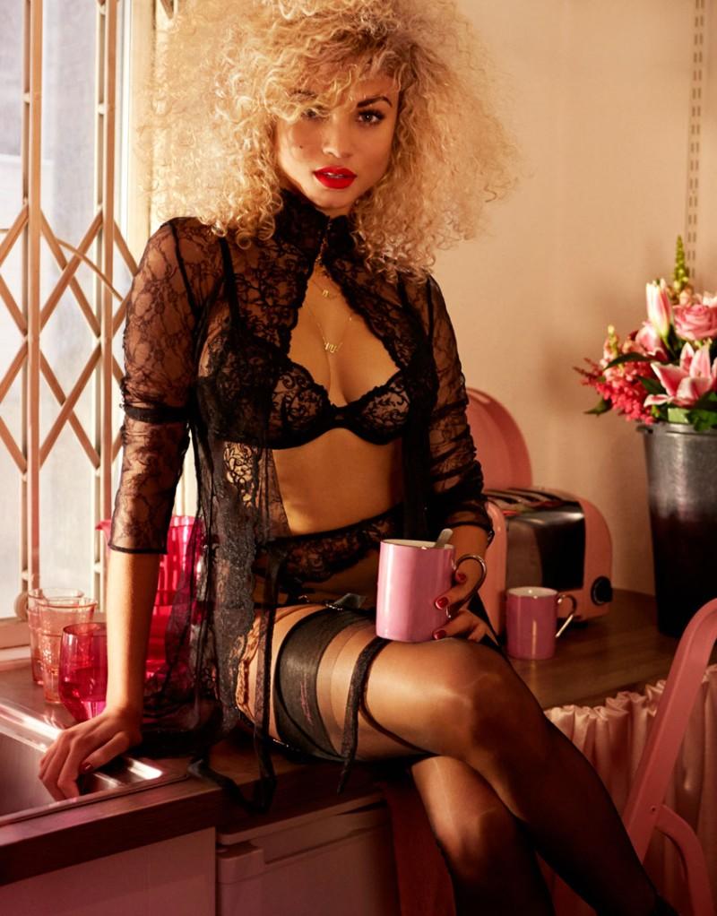 Халат LarettaХалаты и кимоно<br>Экстравагантный и сексуальный халат в стиле 70-х с воротником-стойкой создан на основе бестселлера Denver из высококачественного итальянского кружева. Спереди халат украшает готичная флоральная вышивка. Модель имеет тонкий кружевной пояс и застежку на воротнике.<br><br>Возраст: Взрослый<br>Размер: S (2 AP);L (4 AP);M (3 AP)<br>Цвет: Черный<br>Пол: Женский