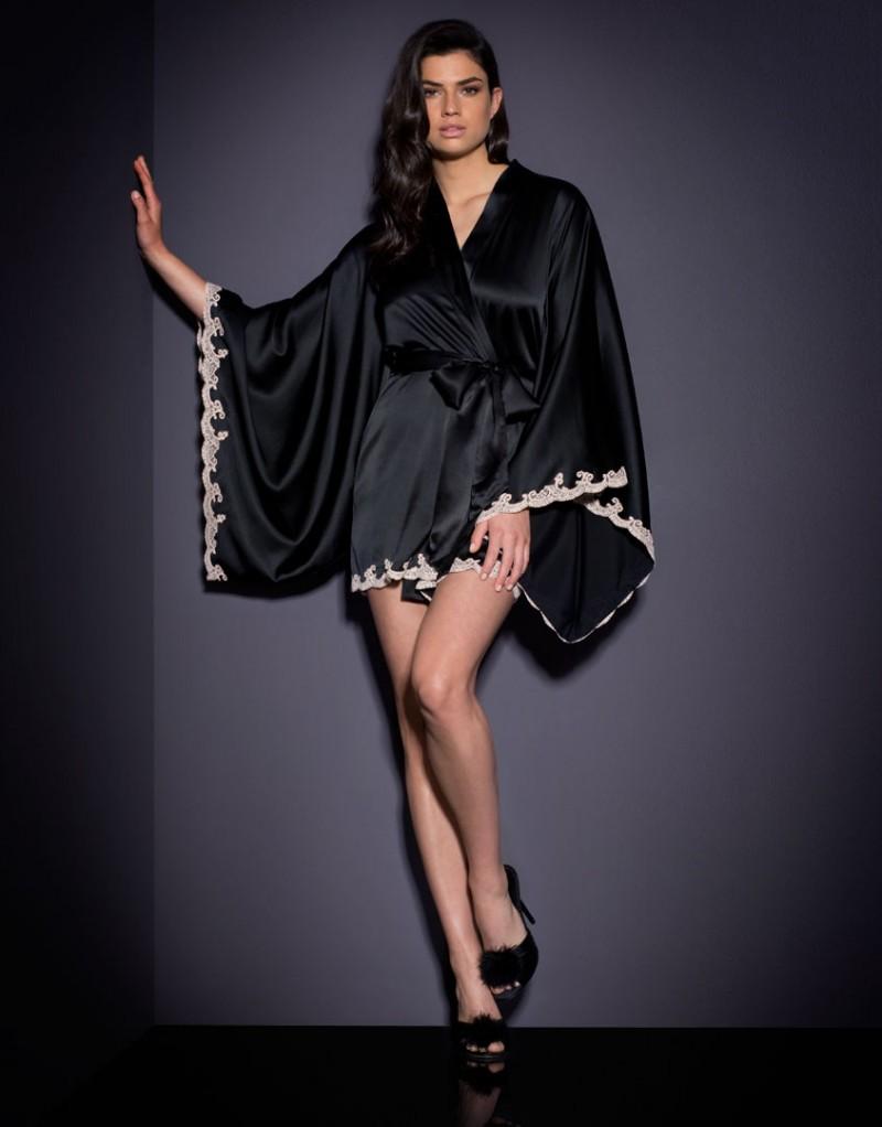 Кимоно MollyХалаты и кимоно<br>Покажите себя в ярком изысканном комплекте Molly.<br><br>Свободное шелковое кимоно напоминает классическую модель Novah: оно украшено по краю нежно-розовым кружевом ручной работы. Кимоно имеет мягкий черный. Идеально сочетается с сорочкой и комплектом нижнего белья Molly<br><br>Возраст: Взрослый<br>Размер: M/L;S/M<br>Цвет: Розовый<br>Пол: Женский