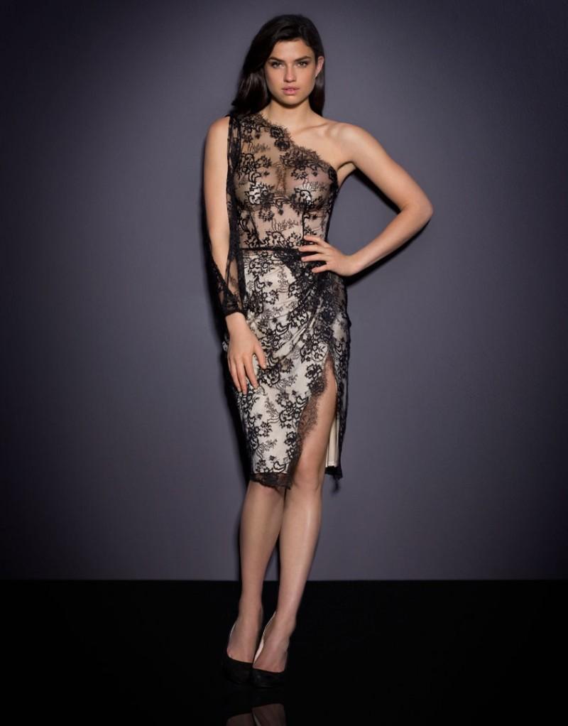 Платье LillianSale Платья<br>Хотите произвести впечатление? Вам понадобится Lillian! Соблазнительное вечернее платье из гладкого шелка телесного цвета имеет встроенный корсет с бюстгальтером пуш-ап для создания идеального силуэта. Верхний слой из графичного кружева с цветочным узором правильно расставляет акценты, визуально удлиняя фигуру и подчеркивая одно плечо. Спереди платье украшает глубокий вырез. Сбоку имеется потайная молния.<br><br>Возраст: Взрослый<br>Размер: S (2 AP);M (3 AP);L (4 AP)<br>Цвет: Черный<br>Пол: Женский