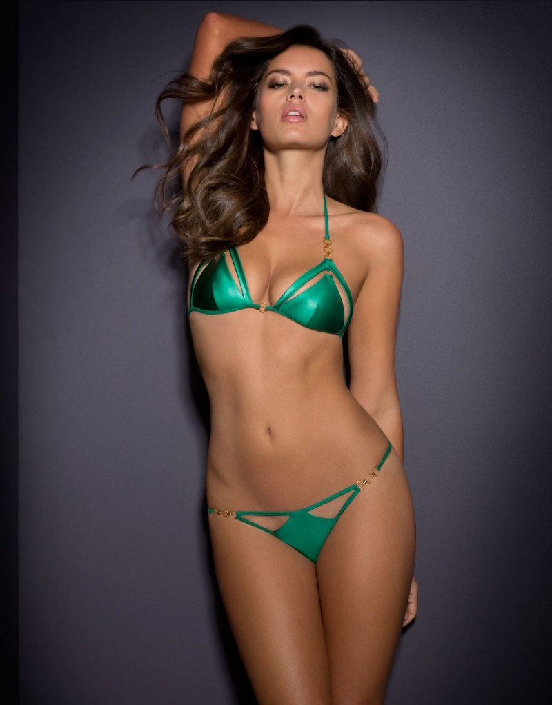Бюстгальтер купальника CassandraSale Бикини<br>Сводите с ума в суперсексуальной Сassandra. Это яркое бикини создано специально для уверенных в себе женщин, которым нравится находиться в центре внимания на пляже или на яхте. В этом крошечном блестящем бюстгальтере с треугольными чашечками гипнотического изумрудно-зеленого цвета и вырезами по контуру чашек, подчеркивающими соблазнительные линии груди, сотни глаз будут любоваться Вами. Три золотых кольца соединяют лиф с лямками, которые завязываются на шее. Золотое кольцо между чашечками и золотистая фурнитура на завязках завершают образ.<br><br>Возраст: Взрослый<br>Размер: S (2 AP)<br>Цвет: Зеленый<br>Пол: Женский