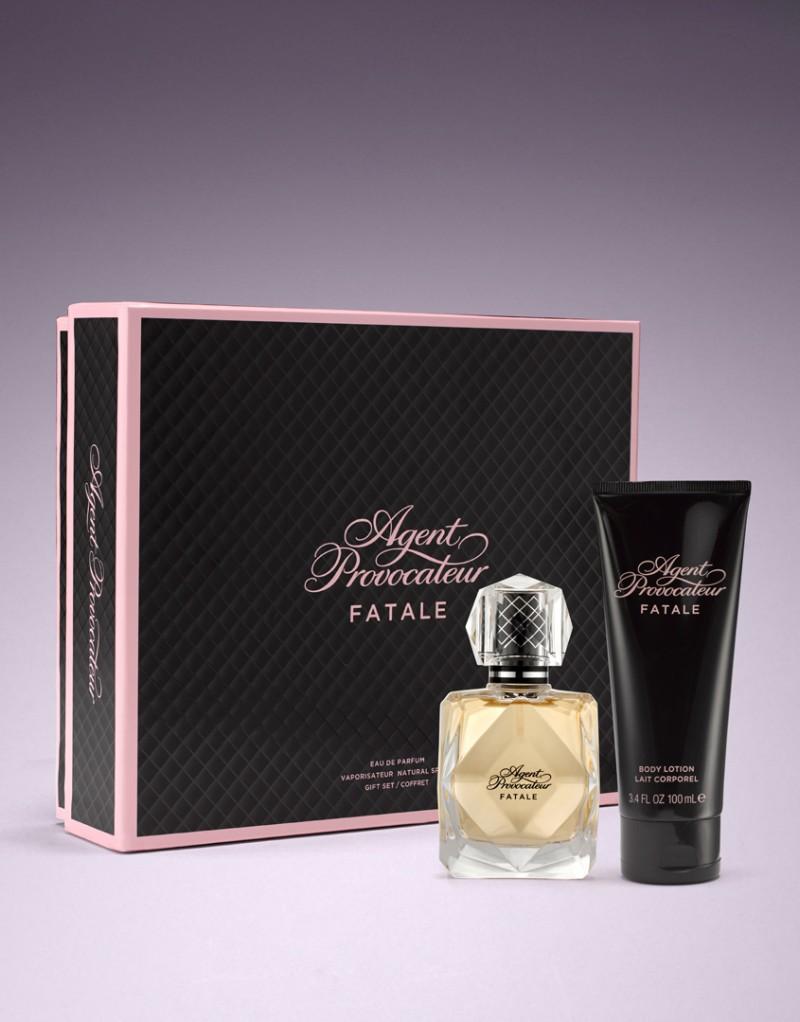 Набор Fatale BlackАксессуары<br>Загадочная. . . обольстительная. . . пьянящая. . . Новый чувственный цветочный аромат Fatale Black сочетает в себе ноты мадагаскарского розового перца, нектара сочного манго, черной смородины, бархатной гардении, орхидеи и шоколада.<br><br><br>Набор включает в себя парфюмерную воду 50мл и лосьон для тела 100мл.<br><br>Возраст: Взрослый<br>Размер: 50ml<br>Цвет: Золотой<br>Пол: Женский<br>Страна-производитель: Соединенные Штаты Америки