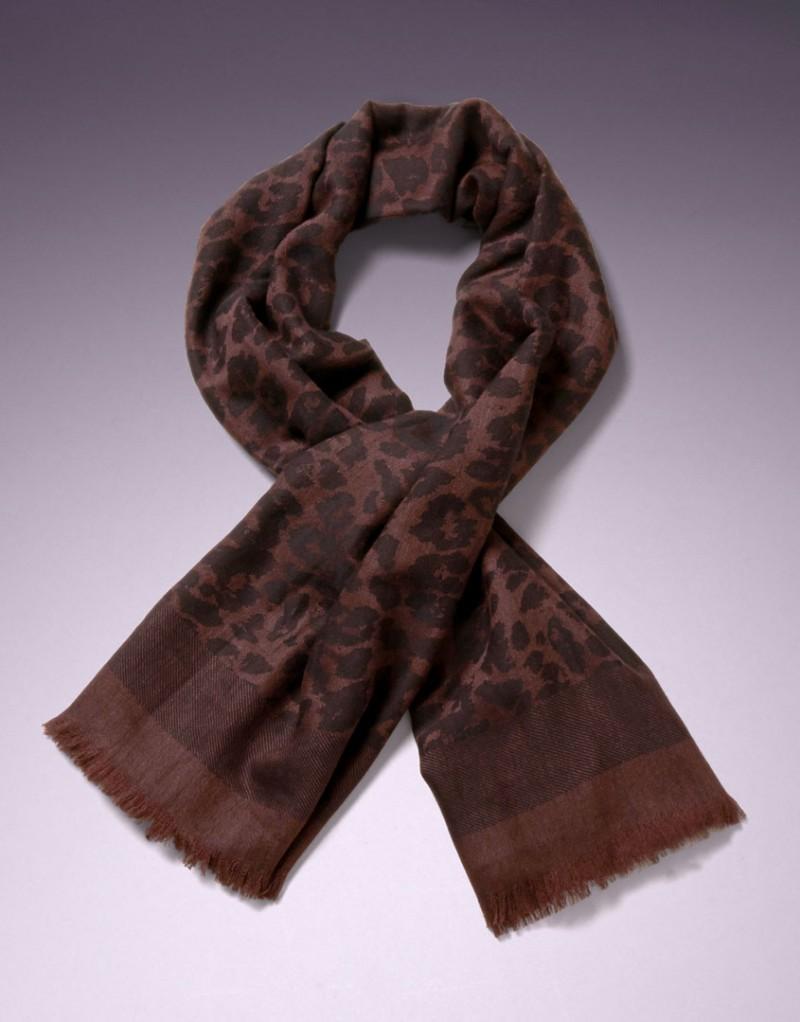 Шерстяной шарф LeoШарфы, платки<br>Вашу коллекцию аксессуаров нельзя считать полной, если в ней нет леопардового принта.<br><br>Квадратный шарф 120 см из ультра-мягкой высококачественной шерсти темно-коричневого цвета можно комбинировать с разными комплектами белья: Lindie, Liu-liu и трусиками Odray<br><br>Возраст: Взрослый<br>Размер unitSize=: UN<br>Цвет: коричневый<br>Пол: Женское
