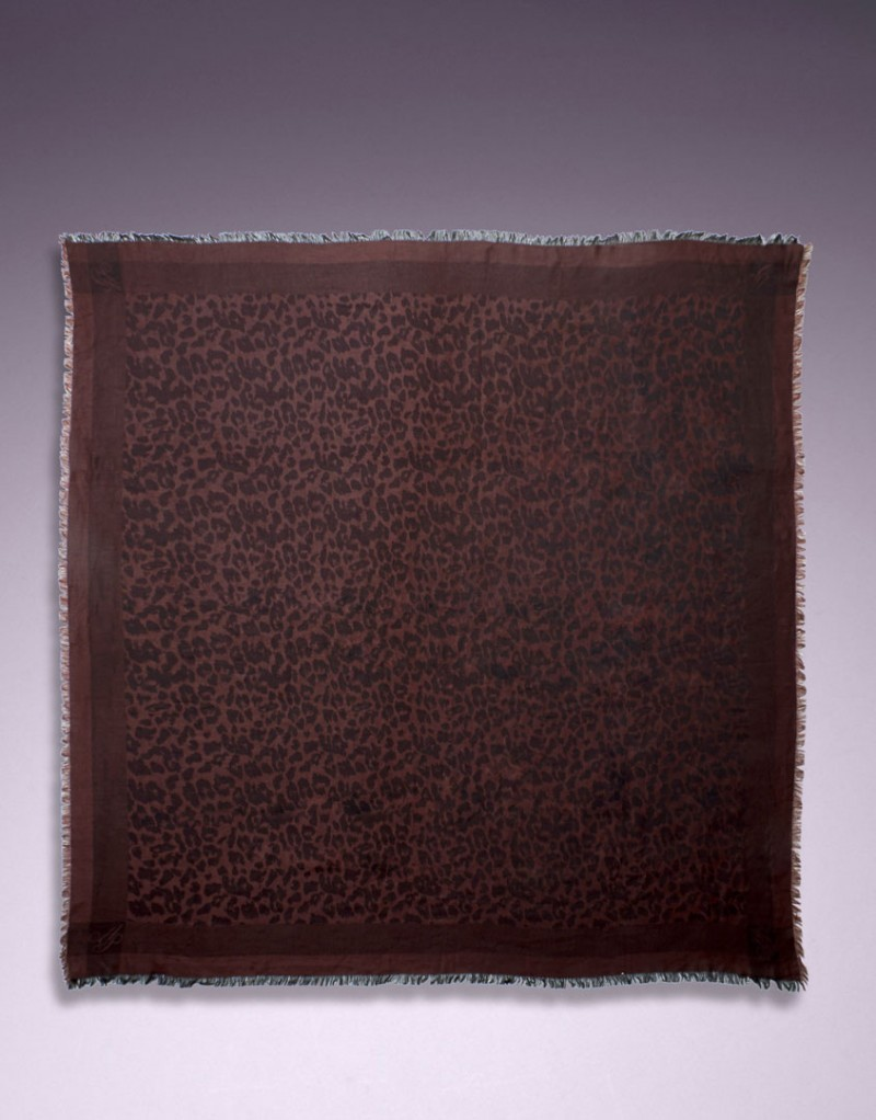 Шерстяной шарф LeoШарфы, платки<br>Вашу коллекцию аксессуаров нельзя считать полной, если в ней нет леопардового принта.<br><br>Квадратный шарф 120 см из ультра-мягкой высококачественной шерсти темно-коричневого цвета можно комбинировать с разными комплектами белья: Lindie, Liu-liu и трусиками Odray<br><br>Возраст: Взрослый<br>Размер : UN<br>Цвет: коричневый<br>Пол: Женское