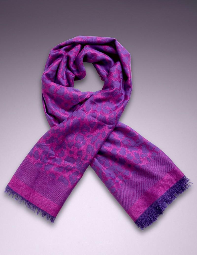Шерстяной платок LeoАксессуары<br>Вашу коллекцию аксессуаров нельзя считать полной, если в ней нет леопардового принта.<br><br>Квадратный шарф 120 см из ультра-мягкой высококачественной шерсти насыщенного пурпурного цвета можно комбинировать с разными комплектами белья: Love, Gracie и Liliana.<br><br>Возраст: Взрослый<br>Размер: U<br>Цвет: Розовый<br>Пол: Женский