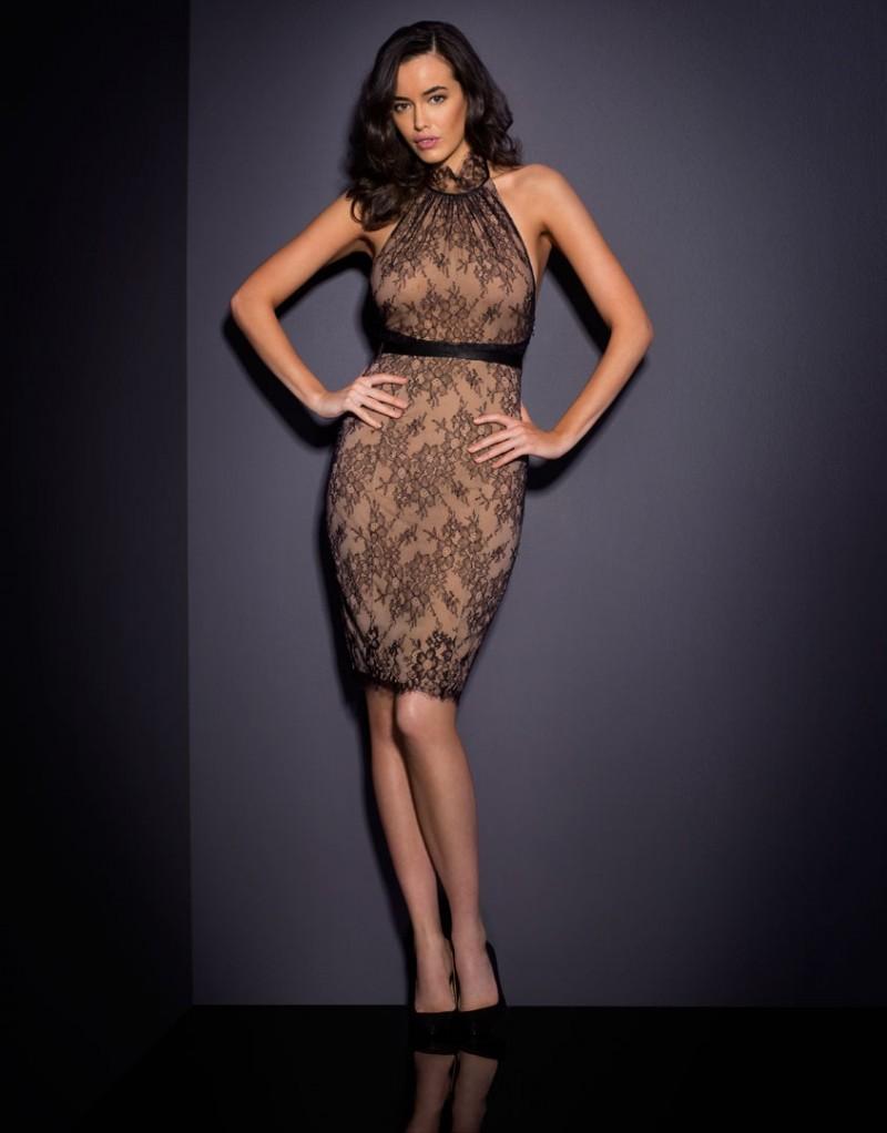 Платье LizzSale Платья<br>Будьте иконой стиля в изысканной Lizz.<br><br>&amp;nbsp;<br><br>Кружевное приталенное платье с воротом Халтер и открытой спиной &amp;ndash; идеальное сочетание соблазна и элегантности.<br><br>Возраст: Взрослый<br>Размер: S (2 AP);M (3 AP);L (4 AP)<br>Цвет: Бежевый<br>Состав: 59% полиамид, 41% вискоза<br>Страна-производитель: Китай