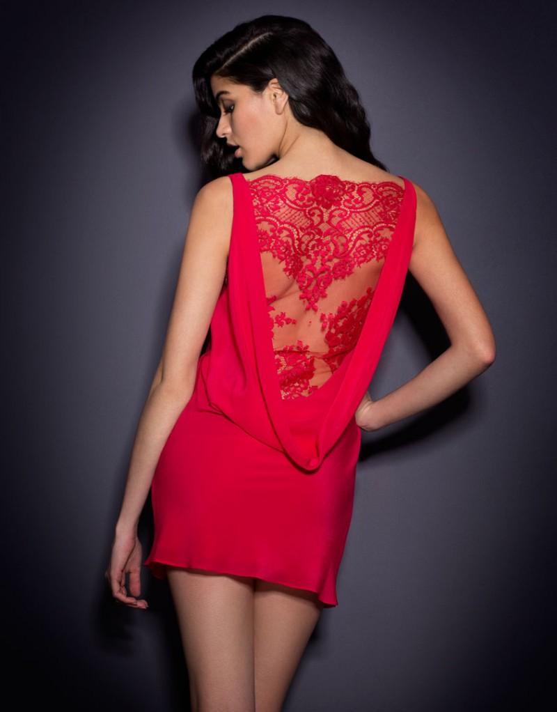 Платье VallerieПлатья<br>Соблазнительное платье Vallerie накаляет атмосферу.<br><br>Великолепный шифон ниспадает&amp;nbsp;вдоль тела, создавая спереди изящный воротник-хомут. Сзади глубокая драпировка&amp;nbsp;открывает спину, демонстрируя изгибы тела и нижний слой платья из красного французского&amp;nbsp;кружева. <br><br>Провокационно короткое платье Vallerie максимально оголяет ноги и свободно&amp;nbsp;скользит по телу, наводя на мысли о том, как просто его снять.<br><br>Возраст: Взрослый<br>Размер: S (2 AP)<br>Цвет: Красный<br>Пол: Женский<br>Состав: 100% шёлк<br>Страна-производитель: Китай