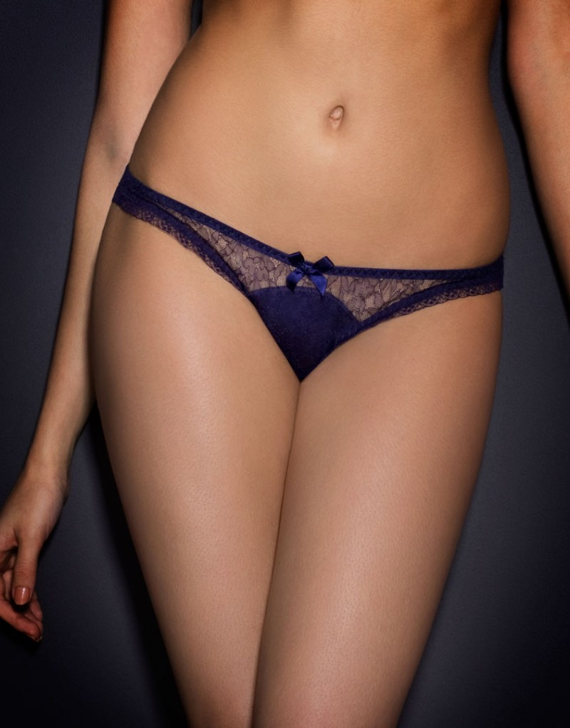 Классические трусики MasieКлассические трусики<br>Masie &amp;ndash; удивительное сочетание уверенности и женственности.<br><br>Фиолетовые кружевные&amp;nbsp;трусики имеют озорной силуэт, который подойдет и для ежедневной носки. Спереди&amp;nbsp;внутренняя шелковая панель украшена кружевом ливерс, трусики оторочены небольшойоборкой по краю. Соблазнительный вырез сзади декорирован шелковым бантиком сверху.<br><br>Шелковый бантик на талии завершает образ.<br><br>Возраст: Взрослый<br>Размер: S (2 AP)<br>Цвет: Синий