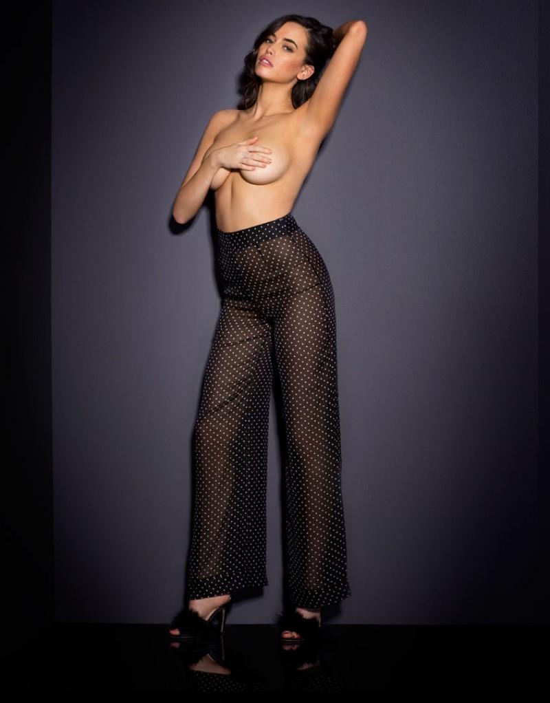 Брюки PennieБрюки<br>Встречайте Pennie - утонченную старлетку, которой всегда достаются главные роли. Абсолютно новая модель, вдохновленная элегантными винтажными образами, размывает границы между бельем и одеждой. Эти сногсшибательные брюки в сочетании с боди Pennie можно носить и как пижаму, и в качестве вечернего образа. Длинные широкие брюки из легкого и прочного шифона с принтом в горошек с высокой талией имеют планку с застежкой на пуговицу, небольшую молнию спереди и декоративные швы по бокам.<br><br>Возраст: Взрослый<br>Размер: S (2 AP);L (4 AP);M (3 AP)<br>Цвет: Черный
