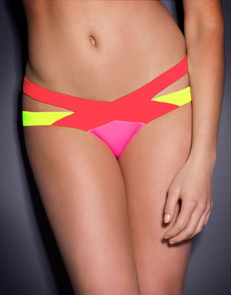Плавки MazzySale Бикини<br>Встречайте новую версию нашего бестселлера Mazzy: классический бандажный купальник в сочетании красного, малинового и ярко-желтого цветов. Эти плавки сразу привлекают внимание и искусно подчеркивают формы благодаря перекрещивающимся лямкам, обнажающим тело на бедрах. Спортивные и сексуальные, плавки Mazzy с низкой посадкой имеют высокие вырезы вдоль линии ног, визуально удлиняя их.<br><br>Возраст: Взрослый<br>Размер: M (3 AP)<br>Цвет: Красный розовый желтый