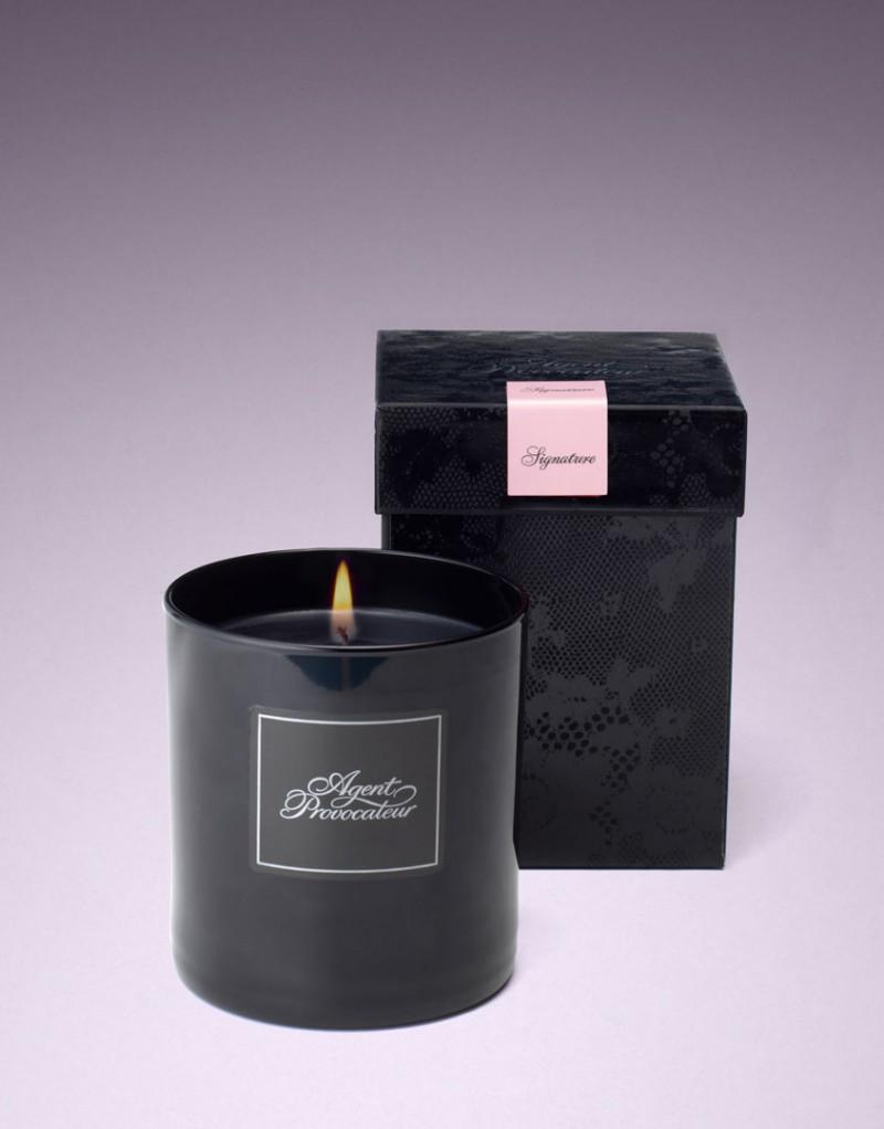 Свеча AP SignatureКосметика, парфюмерия и свечи<br>Эта свеча наполнит&amp;nbsp;комнату захватывающим культовым ароматом Agent Provocateur.<br><br>&amp;nbsp;<br><br>Наш классический аромат стал синонимом соблазнения, чувственного удовольствия и провокации. Сочетание индийского шафранового масла, нежной марокканской розы, обольстительного египетского жасмина, магнолии, амбры и сладострастного мускуса опьяняет и будоражит воображение. Стильная свеча станет идеальным подарком для возлюбленной и поможет создать особую атмосферу.<br><br>Возраст: Взрослый<br>Размер: U<br>Цвет: Без цвета<br>Пол: Женский