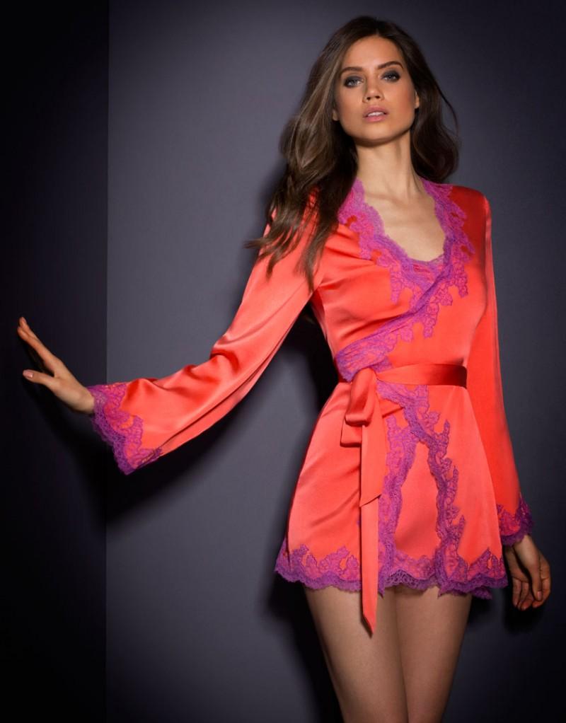 Халат LucieХалаты и кимоно<br>Lucie &amp;ndash; потрясающий яркий комплект на основе классической модели Amelea.<br><br>&amp;nbsp;<br><br>Этот роскошный халат вдохновлен элегантным стилем пижам 50-х годов. Выполненный из кораллового шелка, он оторочен сиреневым кружевом ливерс по краю, на рукавах и вдоль подола. Высокая талия с мягким шелковым поясом, силуэт с запахом и длинные расклешенные рукава придают этой модели особый шик. Превосходно сочетается с комплектом белья Lucie.<br><br>Возраст: Взрослый<br>Размер: S/M;M/L<br>Цвет: Розовый<br>Пол: Женский