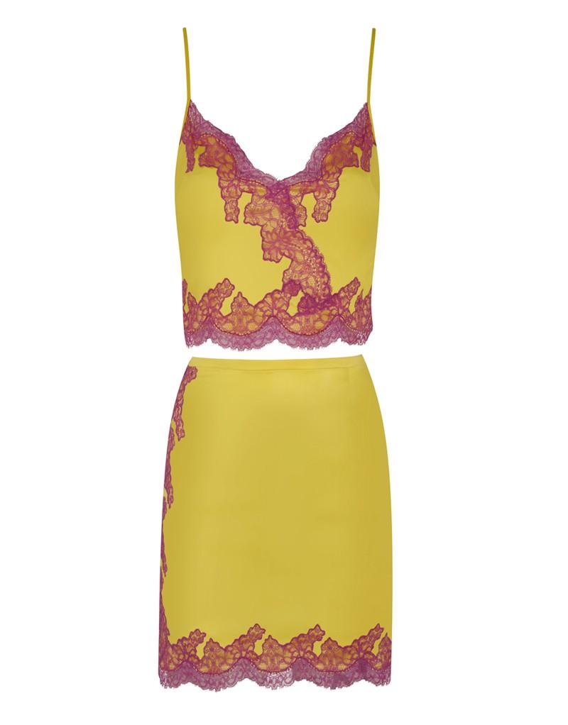 Топ LucieЯркое белье<br>Lucie &amp;ndash; потрясающий яркий комплект на основе классической модели Amelea.<br><br>&amp;nbsp;<br><br>Кроп-топ Lucie универсален: его можно носить как белье или топ на выход. Выполненный из желтого шелка, он оторочен сиреневым кружевом ливерс вдоль линии декольте и по нижнему краю. Обтягивающий укороченный топ на тонких бретелях соблазнительно обнажает тело. Для лучшей посадки&amp;nbsp;топ застегивается сбоку на потайную молнию.&amp;nbsp;Идеальная вещь для тех, кто желает оказаться в центре внимания!<br><br>Возраст: Взрослый<br>Размер: L (4 AP);M (3 AP)<br>Цвет: Желтый