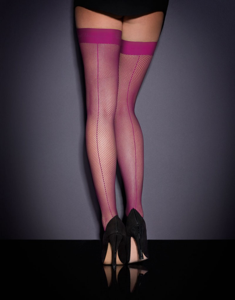 Чулки в мелкую сетку ApolloЧулки<br>Ваш гардероб не будет полным без пары роскошных чулок из сетки. Чулки на резинке Apollo из мелкой пурпурной сетки украшены сзади продольными швами, визуально удлиняющими ноги и привлекающими к ним внимание. Резинка с логотипом AP завершает образ. Эти чулки станут идеальной парой для маленького черного платья или любимого комплекта белья. Доступны также в черном цвете&amp;nbsp;.<br><br>Возраст: Взрослый<br>Размер: D(4 AP)<br>Цвет: Фиолетовый