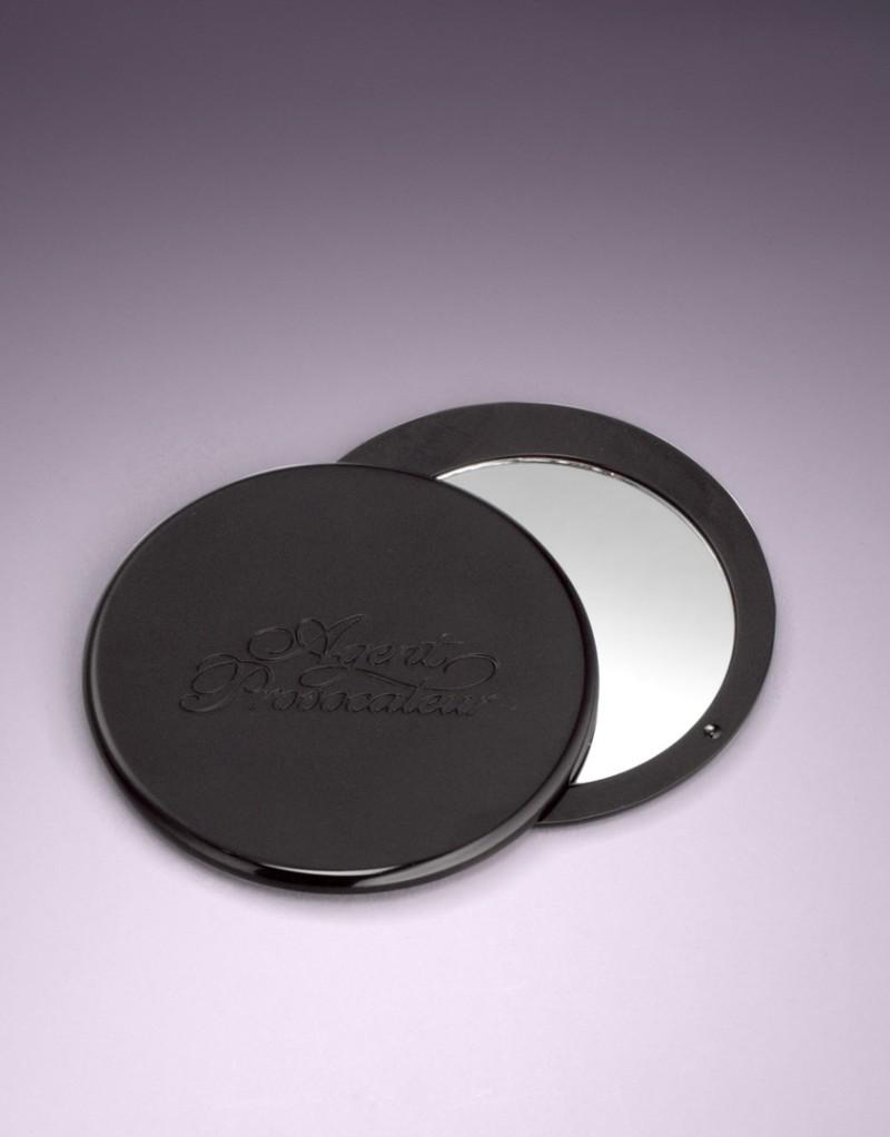 Зеркало AP Compact MirrorНебольшие подарки<br>Это изящное компактное зеркальце было разработано в качестве незаменимого атрибута дамской сумочки. Элегантный гравированный корпус делает его простым в использовани, а бархатный мешочек поможет сохранить зеркальце как можно дольше. Приятная мелочь для любимого человека.<br><br>Возраст: Взрослый<br>Размер: U<br>Цвет: Черный