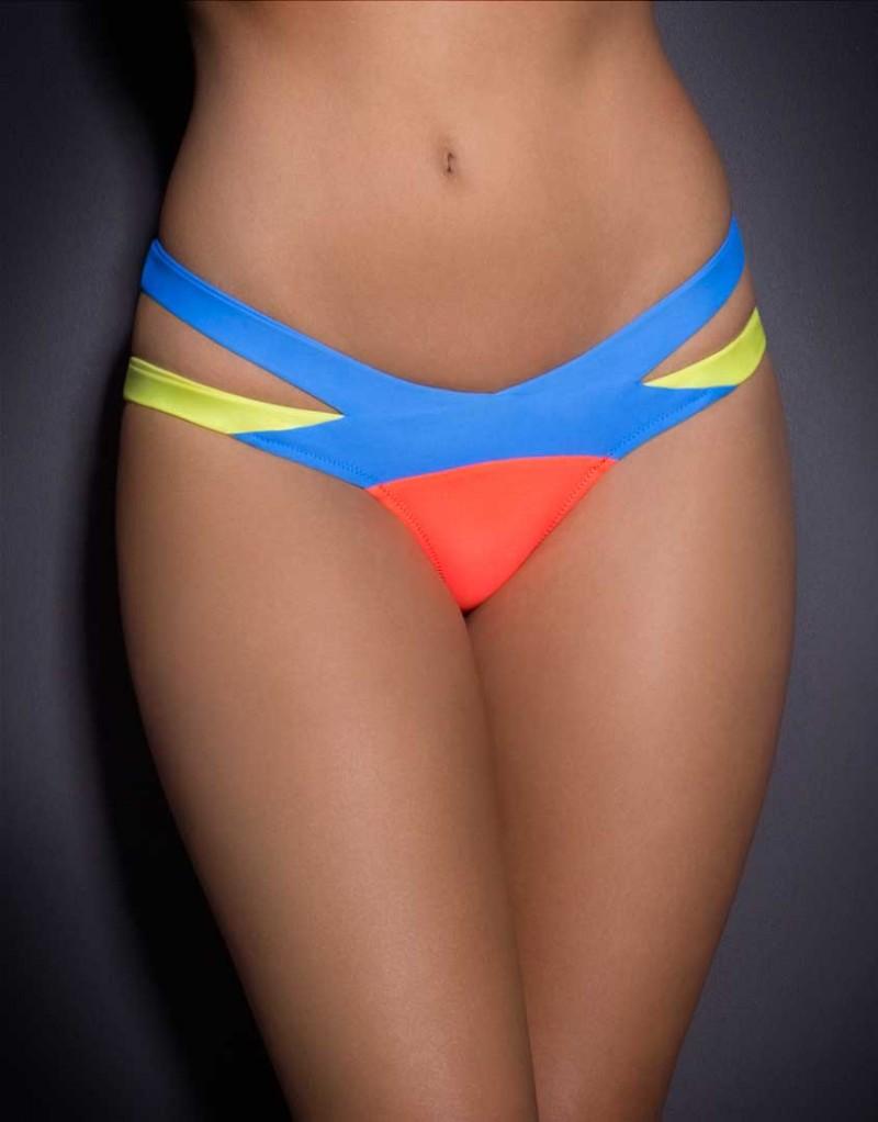 Плавки MazzyБикини<br>Встречайте новую версию нашего бестселлера Mazzy: классический бандажный купальник в сочетании ярко-желтого, кораллового и светло-синего цветов!<br><br>&amp;nbsp;<br><br>Эти плавки сразу привлекают внимание и искусно подчеркивают формы благодаря перекрещивающимся лямкам, обнажающим тело на бедрах. Спортивные и сексуальные, эти плавки с низкой посадкой имеют высокие вырезы вдоль линии ног, визуально удлиняя их.<br><br>Возраст: Взрослый<br>Размер: S (2 AP);M (3 AP);L (4 AP)<br>Цвет: Голубой оранжевый желтый