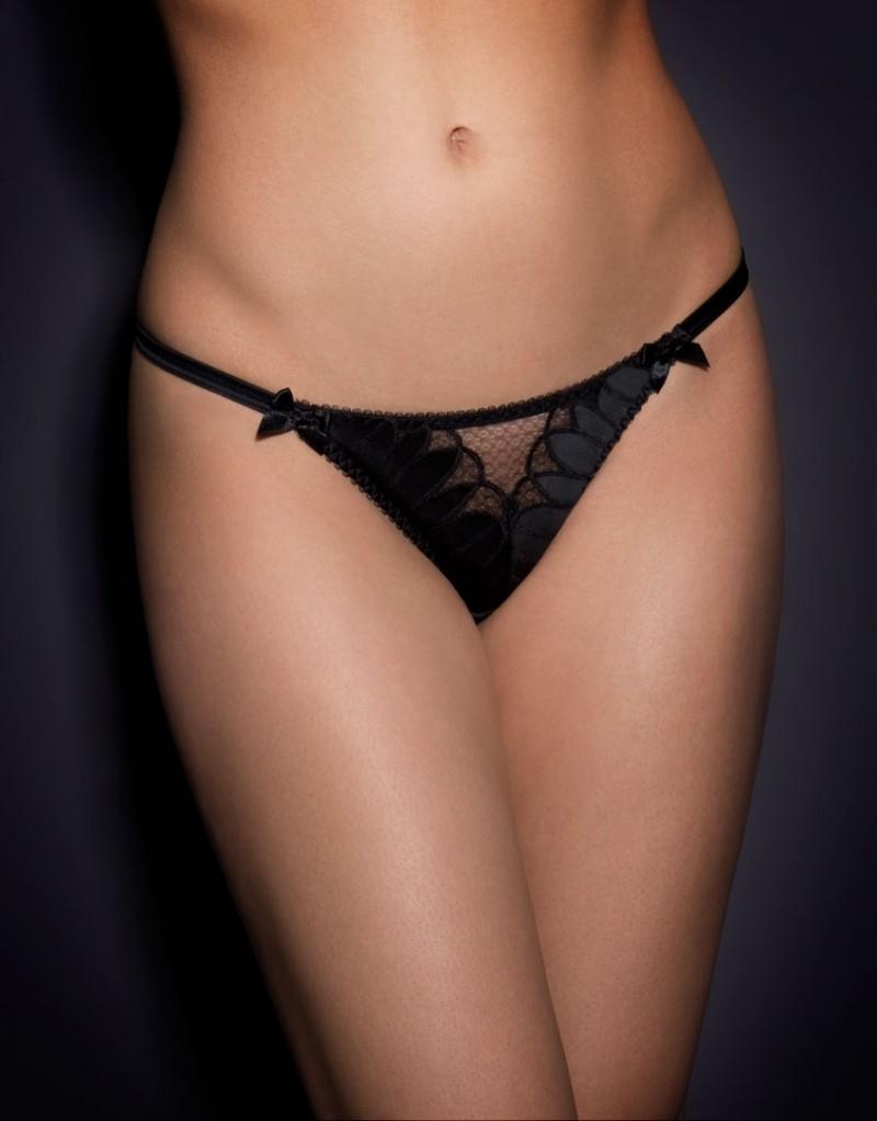 Трусики стринги EllinТрусики стринги<br>Простой, но впечатляющий комплект Ellin выполнен из гладкого черного сатина с изысканной австрийской вышивкой и декоративными вырезами, украшенными черной сеткой. Соблазнительные трусики стринги с передней панелью из прозрачной сетки, обрамленной декоративной вышивкой, и эластичными лямками на бедрах позволят чувствовать себя шикарно каждый день!<br><br>Возраст: Взрослый<br>Размер: L (4 AP);S (2 AP);M (3 AP)<br>Цвет: Черный<br>Состав: 94% полиамид 5% шёлк 1% эластан<br>Страна-производитель: Китай