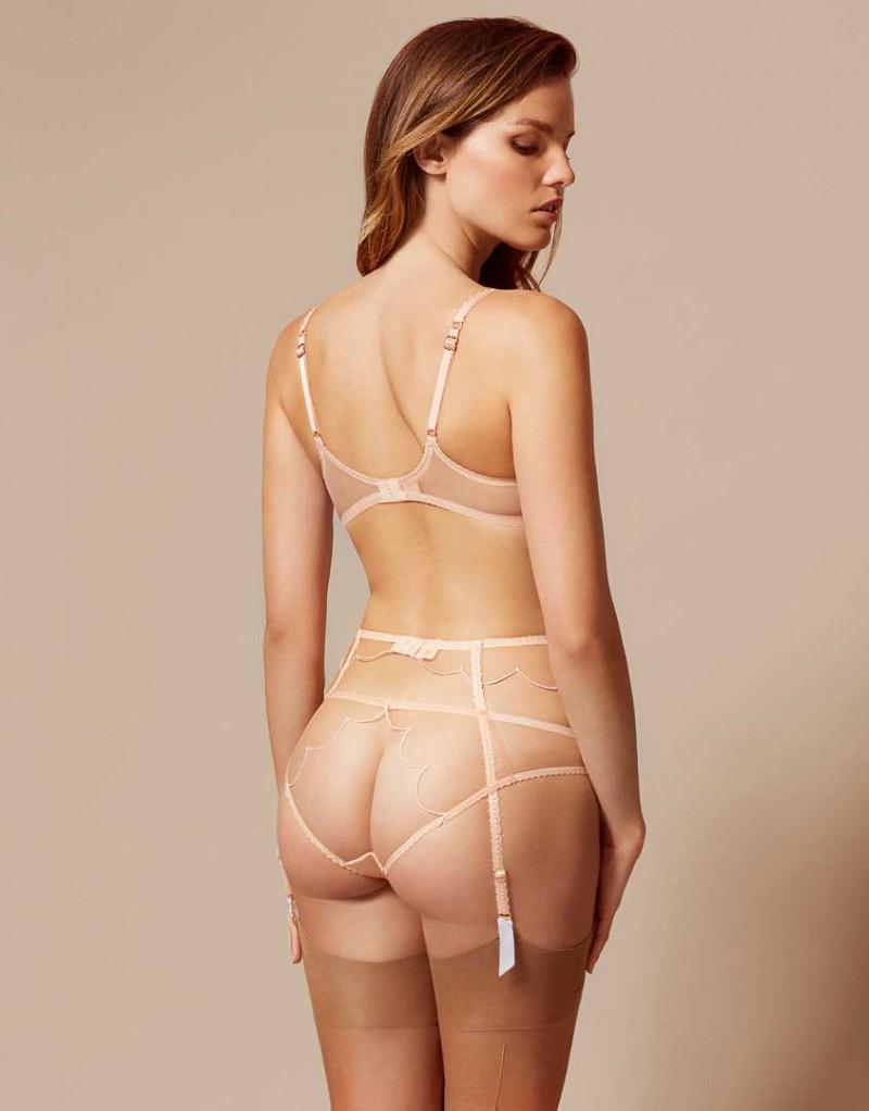 Классические трусики LornaБелье<br>Легендарная Lorna возвращается в новом, улучшенном дизайне. Элегантные женственные трусики из полупрозрачного телесного тюля с контрастной окантовкой и волнистым узором украшает белый сатиновый бантик с розовым бутоном.&amp;nbsp;<br><br>Возраст: Взрослый<br>Размер: XL (5 AP);M (3 AP);L (4 AP);S (2 AP)<br>Цвет: Бежевый<br>Пол: Женский<br>Состав: 100% полиамид<br>Страна-производитель: Китай