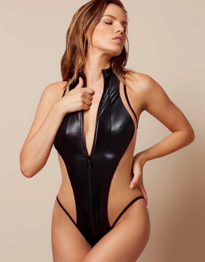 Купальник MarleneБелье<br>Marlene - настоящая секс-бомба! Этот впечатляющий слитный купальник, вдохновленный костюмами для серфинга в стиле 80-х годов создан из черных панелей эластана с мокрым эффектом со вставками из прозрачного тюля по бокам, обнажающими тело. Высокие трусики и высокий воротник на молнии делают образ спортивным и сексуальным. Центральная молния, украшенная черным колечком, позволяет расстегнуть купальник одним движением.&amp;nbsp;<br><br>Возраст: Взрослый<br>Размер: L (4 AP)<br>Цвет: Черный<br>Состав: сеточка: 80% полиамид 20% эластан сеточка: 100% полиамид подкладка: 80% полиамид 20% эластан<br>Страна-производитель: Португалия