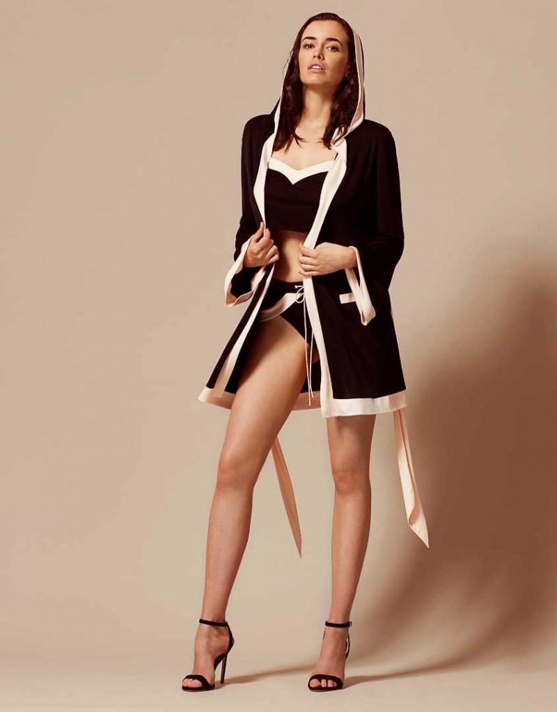 Накидка MariaПляжные накидки<br>Maria &amp;ndash; новый комплект пляжной&amp;nbsp;коллекции, выполненный в знаковых цветах AP &amp;ndash; черном и&amp;nbsp;нежно-розовом.<br><br>Очаровательный кокетливый халат с капюшоном в стиле ранних 30-х годов из&amp;nbsp;мягкой ткани джерси прекрасно подойдет для любой фигуры. &amp;nbsp;<br><br>Вышивка с логотипом AP слева&amp;nbsp;на груди, силуэт кимоно с широкими рукавами и контрастная оторочка нежно-розового цвета&amp;nbsp;по краю и на карманах завершает образ. Халат имеет мягкий широкий пояс.<br><br>Возраст: Взрослый<br>Размер: M/L;S/M<br>Цвет: Черный