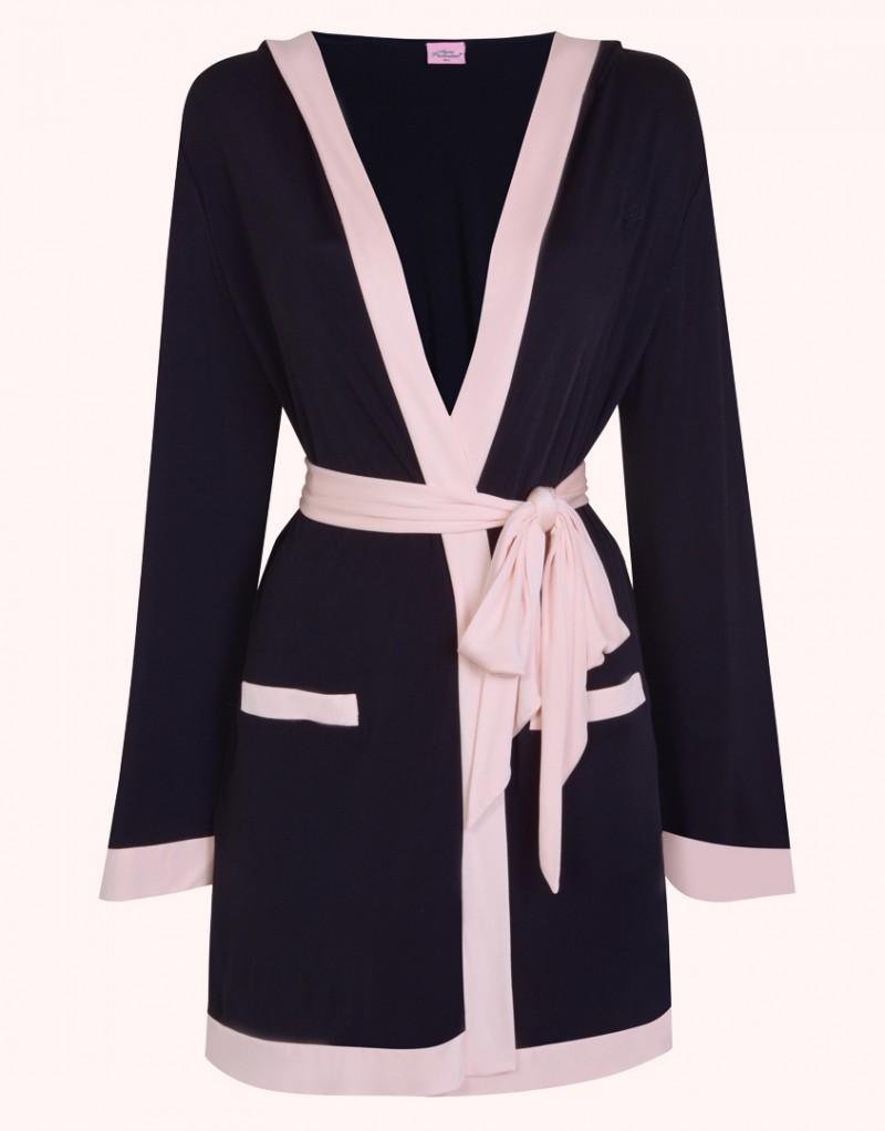 Накидка MariaПляжные накидки<br>Maria &amp;ndash; новый комплект пляжной&amp;nbsp;коллекции, выполненный в знаковых цветах AP &amp;ndash; черном и&amp;nbsp;нежно-розовом.<br><br>Очаровательный кокетливый халат с капюшоном в стиле ранних 30-х годов из&amp;nbsp;мягкой ткани джерси прекрасно подойдет для любой фигуры. &amp;nbsp;<br><br>Вышивка с логотипом AP слева&amp;nbsp;на груди, силуэт кимоно с широкими рукавами и контрастная оторочка нежно-розового цвета&amp;nbsp;по краю и на карманах завершает образ. Халат имеет мягкий широкий пояс.<br><br>Возраст: Взрослый<br>Размер: M/L<br>Цвет: Черный