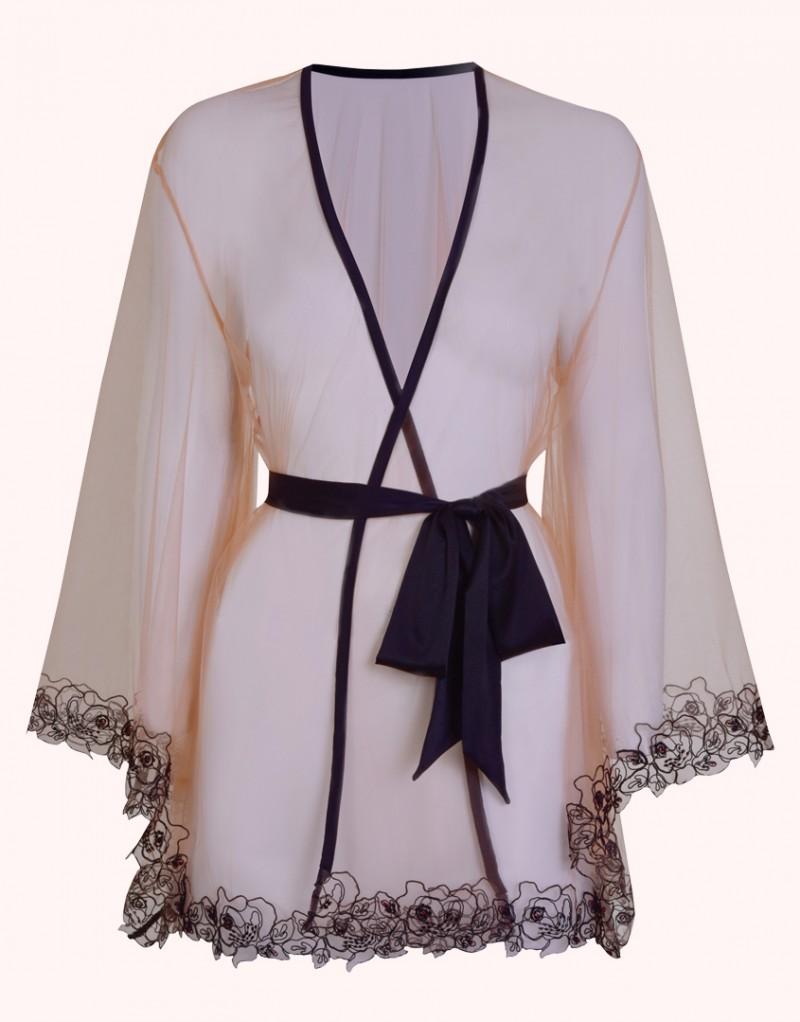 Халат LindieПрозрачное белье<br>Озорной, роскошный и манящий комплект Lindie украшен изысканным флоральным кружевом, вышитом на прозрачном итальянском тюле.<br><br>&amp;nbsp;<br><br>Узоры кружева подобны татуировке на обнаженном теле. Классический халат-кимоно декорирован ручной вышивкой из черного и красного стекляруса вдоль рукавов и по подолу. Отделка из черного гладкого сатина и шелковый пояс завершают образ.<br><br>Дополните образ накладками Shanna.<br><br>Возраст: Взрослый<br>Размер unitSize=: M/L<br>Цвет: черный<br>Пол: Женское