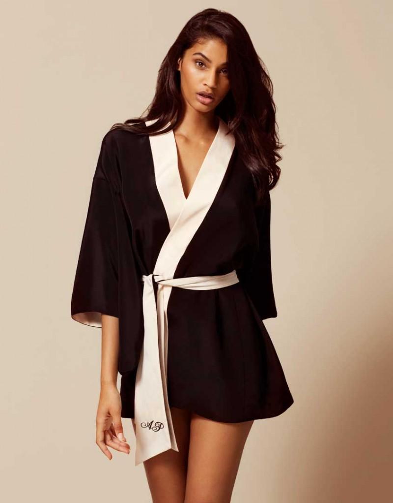 Кимоно KikiХалаты и кимоно<br>Роскошное шелковое кимоно выполнено в классическом сочетании цветов АР. Короткое кимоно с широкими рукавами украшено розовой отделкой и вышивкой на поясе. Данное кимоно являются двусторонней моделью.<br><br>Возраст: Взрослый<br>Размер: S/M;M/L<br>Цвет: Черный