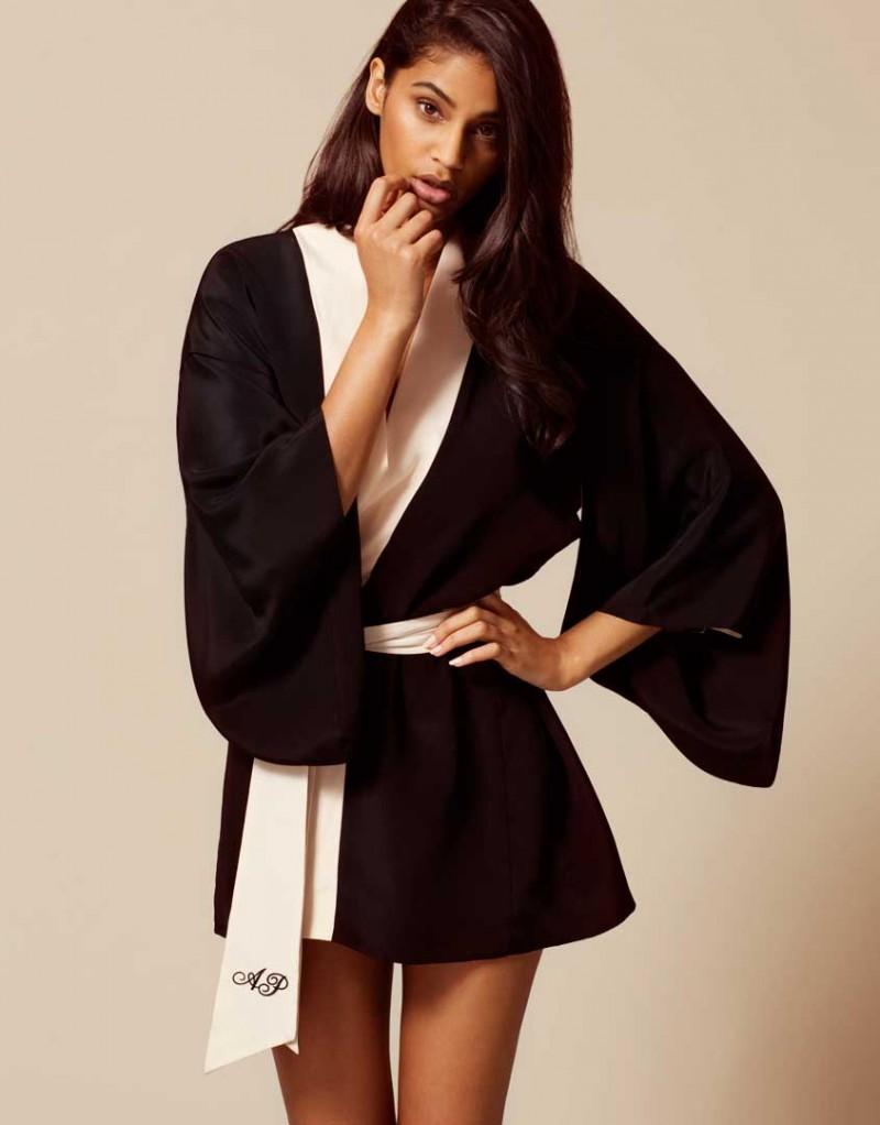 Кимоно KikiХалаты и кимоно<br>Роскошное шелковое кимоно выполнено в классическом сочетании цветов АР. Короткое кимоно с широкими рукавами украшено розовой отделкой и вышивкой на поясе. Данное кимоно являются двусторонней моделью.<br><br>Возраст: Взрослый<br>Размер: S/M;M/L<br>Цвет: Черный<br>Пол: Женский