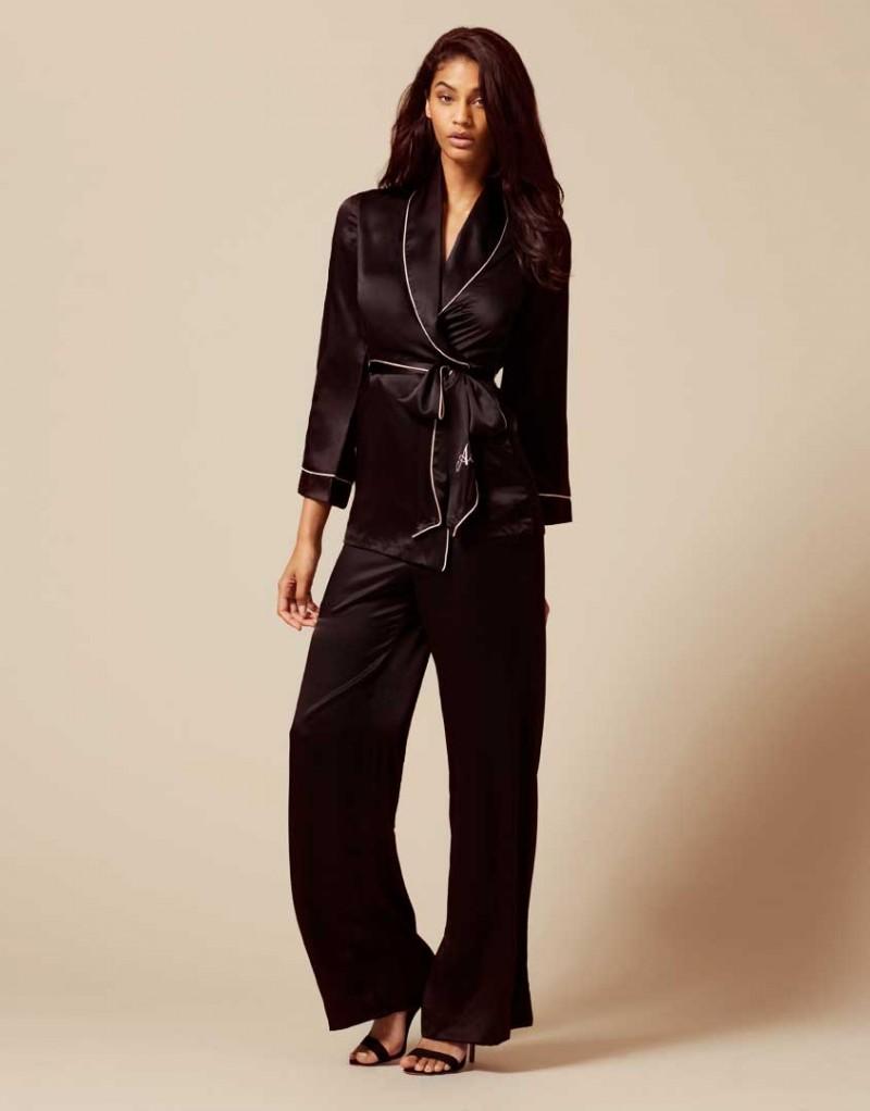 Брюки Classic PyjamaБудуар<br>Роскошные брюки из чистого шелка в сочетании с верхней частью Classic Pyjama интересно дополнят вашу будуар-коллекцию.<br><br>Возраст: Взрослый<br>Размер: XS (1 AP);S (2 AP);M (3 AP);L (4 AP);XL (5 AP)<br>Цвет: Черный