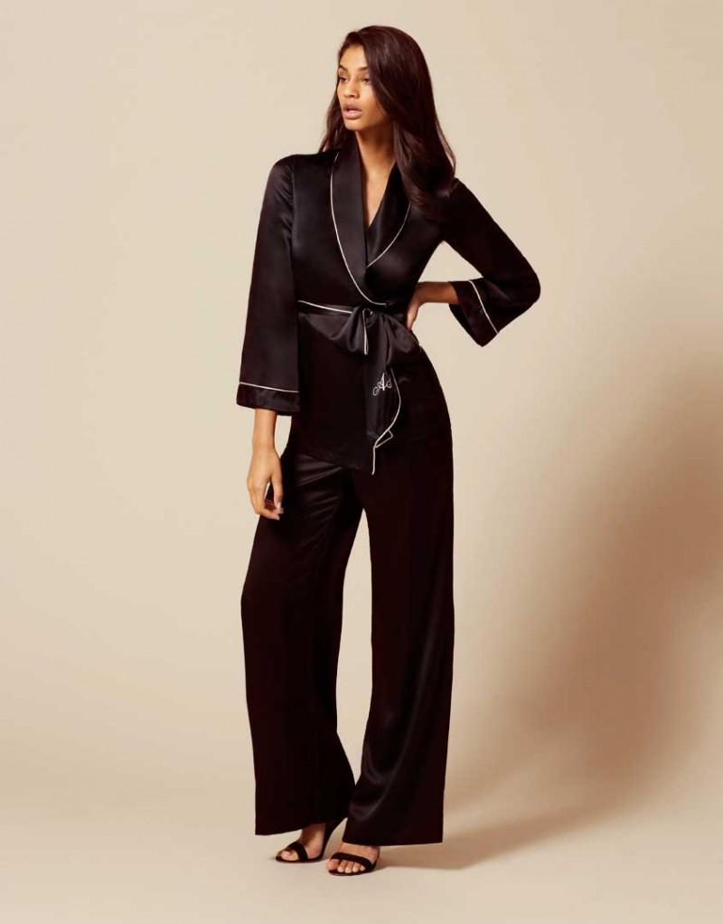 Топ Classic PyjamaБудуар<br>Стилизованный под классический пижамный пиджак, Classic Pyjama предлагает примерить женственный и сексуальный силуэт. Выполненный из чистого шелка верх дополняет гравировка AP и пояс-галстук. Шикарная вневременная деталь гардероба, которая интересно дополнит вашу будуар-коллекцию<br><br>Возраст: Взрослый<br>Размер: XS (1 AP);M (3 AP);L (4 AP);XL (5 AP)<br>Цвет: Черный