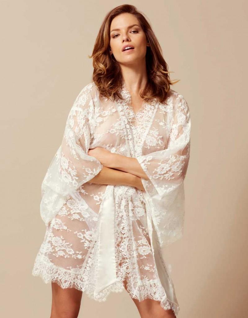 Кимоно MatineeБудуар<br>Изумительное прозрачное кимоно из французского кружева с роскошным цветочным узором. В комплекте с сатиновым поясом, окаймленным кружевом, выглядит особо привлекательно. Представлено в черном и белом цвете.<br><br>Возраст: Взрослый<br>Размер: U<br>Цвет: Белый<br>Пол: Женский