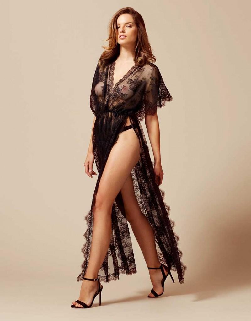 Халат FionnaБудуар<br>Вдохновленный стилем арт-деко и максимальной роскошью, халат Fionna из тонкого кружева не сможет остаться незамеченным. Простая элегантность и легкий стиль, разработанный эксклюзивно Agent Provocateur, невероятно обольстительно подчеркивают изгибы женского тела. Кружевная бахрома и разрезы по бокам позволят скрывать, или наоборот, демонстрировать ровно столько, сколько вам необходимо. Носите его с вашим любимым бикини, озорным комплектом нижнего белья или же просто на голое тело.<br><br>Возраст: Взрослый<br>Размер: S/M;M/L<br>Цвет: Черный