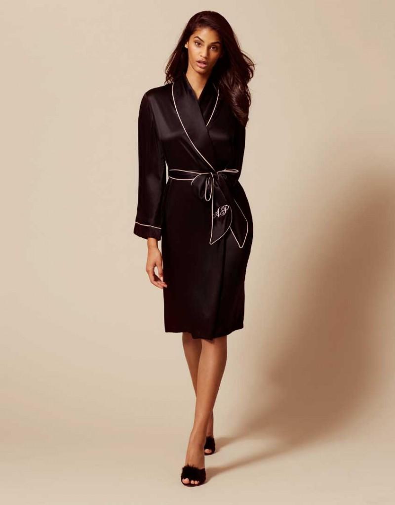 Халат Classic Dressing GownХалаты и кимоно<br>Что может быть лучше&amp;nbsp;для&amp;nbsp;ленивого отдыха дома,&amp;nbsp;чем&amp;nbsp;этот халат с открытым передом, выполненный из 100% шелка?&amp;nbsp;Надевайте его с утра, как только поднимитесь из постели или же вечером, как звезды&amp;nbsp;голливудского кино.Теперь Вы будете выглядеть абсолютно гламурно выполняя свои домашние дела. Халат чуть&amp;nbsp;ниже&amp;nbsp;колена с контрастной отделкой по лацканам и рукавам и поясом&amp;nbsp; с вышивкой AP на одном из концов.<br><br>Возраст: Взрослый<br>Размер: M (3 AP);L (4 AP)<br>Цвет: Черный