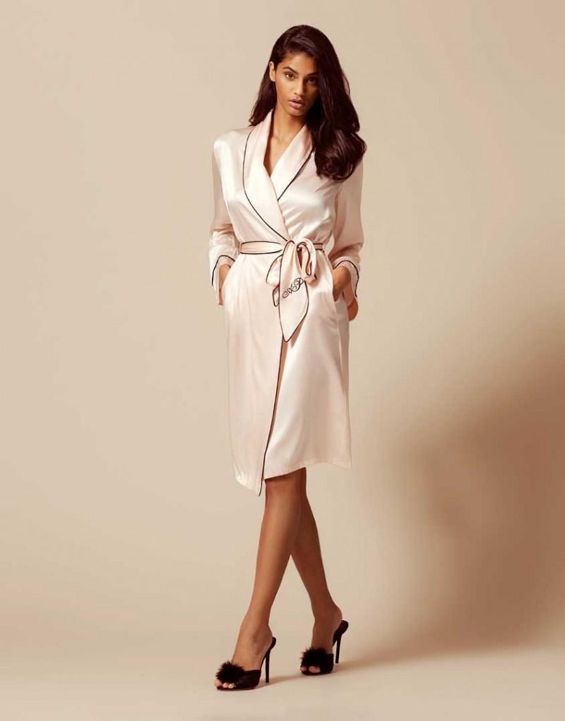 Халат Classic Dressing GownХалаты и кимоно<br>Классический чисто шелковый халат обеспечивает вам женственный силуэт и сексуальный вид. Неподвластный времени элемент будуара, классика Аgent Рrovocateur привнесет роскошь в вашу повседневную жизнь.<br><br>Возраст: Взрослый<br>Размер: XS (1 AP);S (2 AP);M (3 AP);L (4 AP);XL (5 AP)<br>Цвет: Розовый<br>Пол: Женский