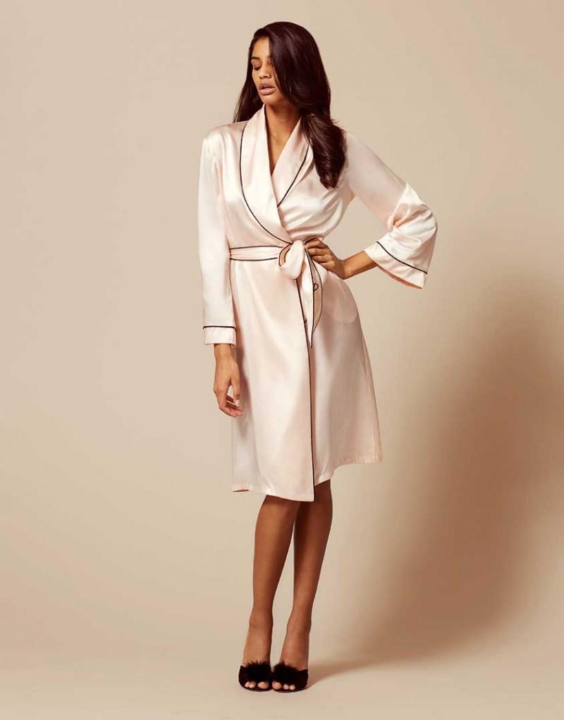 Халат Classic Dressing GownБудуар<br>Классический чисто шелковый халат обеспечивает вам женственный силуэт и сексуальный вид. Неподвластный времени элемент будуара, классика Аgent Рrovocateur привнесет роскошь в вашу повседневную жизнь.<br><br>Возраст: Взрослый<br>Размер: XS (1 AP);M (3 AP);L (4 AP);XL (5 AP)<br>Цвет: Розовый