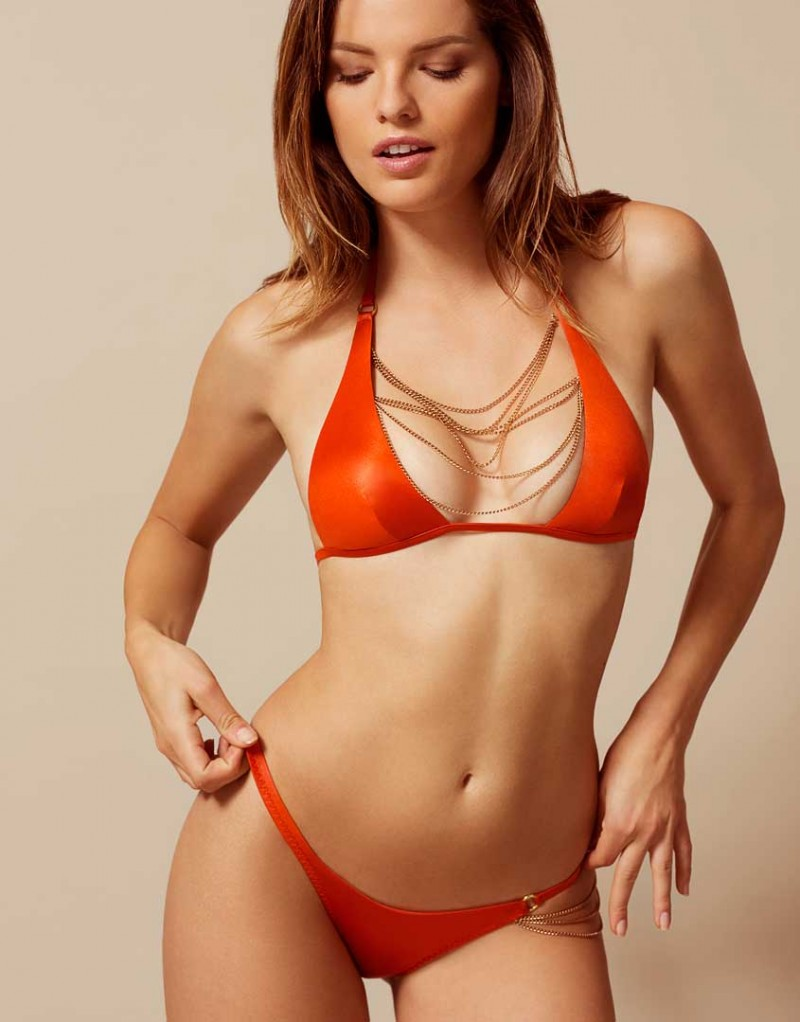 Плавки TonyaБикини<br>Встретив ее однажды, вы никогда ее не забудете - Tonya создана быть королевой пляжа!&amp;nbsp;Яркие оранжевые плавки из тонкой переливающейся ткани украшены элегантной драпировкой из золотистых отстегивающихся цепочек на бедре. Сочетайте с бюстгальтером купальника Tonya для создания незабываемого образа.<br><br>Возраст: Взрослый<br>Размер: L (4 AP);M (3 AP)<br>Цвет: Оранжевый<br>Состав: основной состав: 89% полиамид 11% эластан подкладка: 82% полиамид 18% эластан<br>Страна-производитель: Португалия
