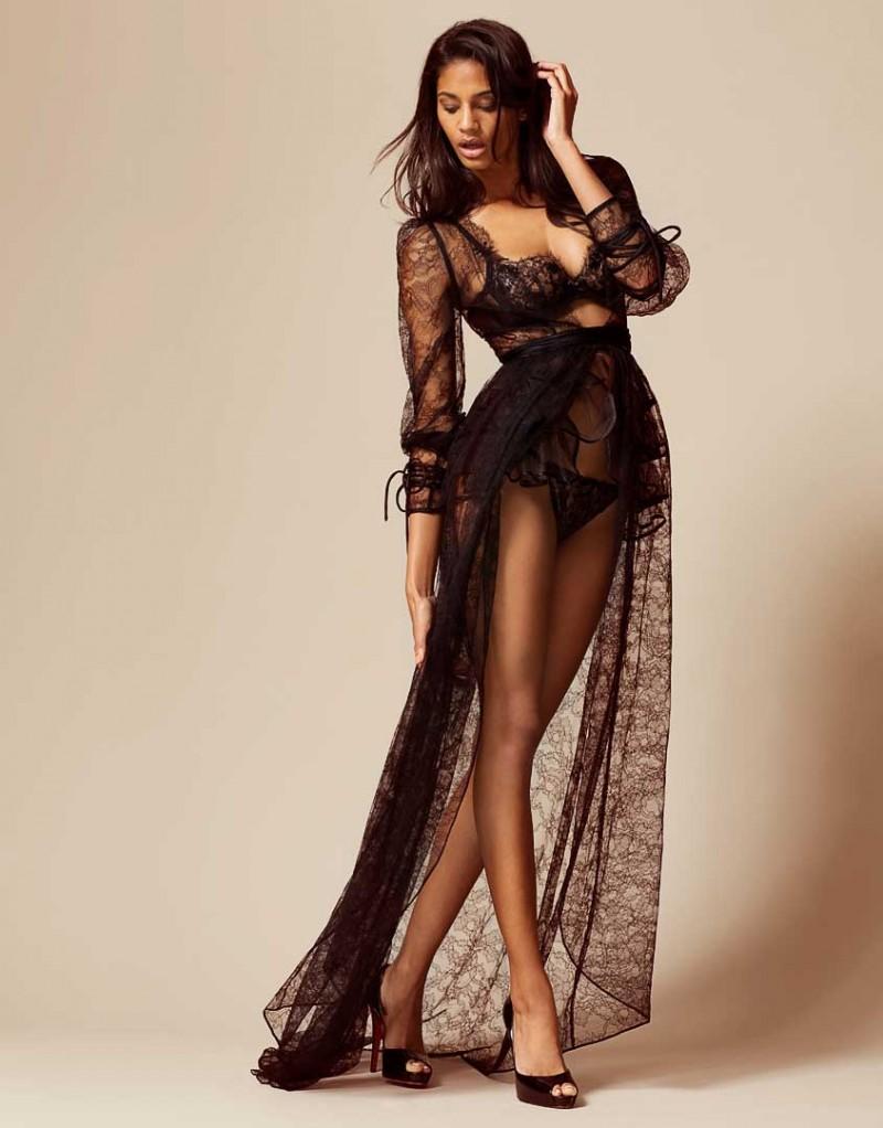 Халат и турнюр DezireeБудуар<br>Deziree восхищает потрясающим сочетанием утонченной женственности и неприкрытой сексуальности. Эффектный будуарный халат с турнюром в стиле 1950-х годов создан из роскошного черного кружева ливерс. Новую модель этого сезона, халат до пола с глубоким вырезом, отороченным лепестками кружева по краю, украшают романтичные рукава-фонарики и длинный струящийся подол. Халат дополнен снимающимся турнюром, который можно надевать по желанию для создания драматичного образа. Deziree - модель из деми-кутюрной коллекции Soiree.<br><br>Возраст: Взрослый<br>Размер: M (3 AP)<br>Цвет: Черный<br>Состав: основной: 67% полиамид 33% вискоза подкладка: 100% шёлк основной: 90% полиамид 10% вискоза противоположность: 100% шёлк подкладка: 100% полиэстер<br>Страна-производитель: Китай