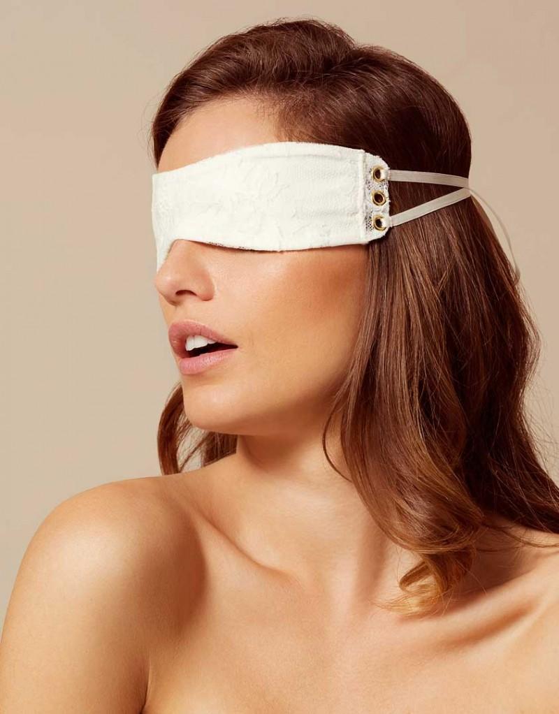 Маска VeraАксессуары<br>Vera &amp;ndash; это дань золотому веку Софи Лорен.<br><br>Изготовленная из декадентского светлого кружева&amp;nbsp;ливерс с цветочным узором, маска имеет внутреннюю подкладку из жоржета цвета слоновой&amp;nbsp;кости. Края маски украшают золотистые люверсы, сквозь которые продеты белые шелковые&amp;nbsp;ленточки.<br><br>Возраст: Взрослый<br>Размер: U<br>Цвет: Белый