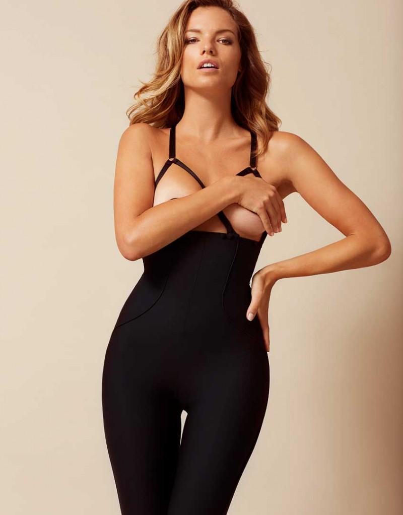 Брюки SheilaОдежда<br>В брюках Sheila каждый шаг источает сексуальность. Безупречные обтягивающие брюки с высокой талией из черной плотной ткани джерси украшены сзади сатиновыми карманами. Отстегивающиеся сатиновые подтяжки на пуговицах, декорированные золотистой фурнитурой, перекрещиваются спереди и сзади. Шикарные и стильные брюки прекрасно сочетаются с боди, накладками на соски, блузой Celestine из новой коллекции AP или накрахмаленной белой рубашкой.<br><br>Возраст: Взрослый<br>Размер: M (3 AP)<br>Цвет: Черный<br>Пол: Женский<br>Состав: 63% полиамид 37% эластан<br>Страна-производитель: Румыния