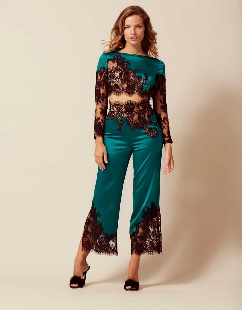 Брюки пижамы NayeliОдежда<br>Nayeli - это великолепное сочетание бескомпромиссной роскоши и абсолютного изящества. Брюки насыщенного изумрудного цвета выполнены в особой традиционной технике: аппликации черного французского кружева ливерс украшают шелковую базу, создавая привлекательный микс текстуры и яркого цвета. Широкие элегантные брюки с высокой талией декорированы черным кружевом по низу и вдоль пояса. Восхитительный подарок, эти брюки прекрасно сочетаются с другими моделями деми-кутюрной коллекции Nayeli. Наденьте их на выход для создания роскошного вечернего образа.<br><br>Возраст: Взрослый<br>Размер: S (2 AP)<br>Цвет: Зеленый<br>Пол: Женский<br>Состав: 94% шёлк 6% эластан<br>Страна-производитель: Китай