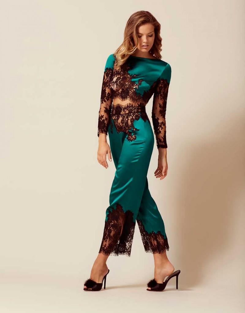 Брюки пижамы NayeliРомантичное белье<br>Nayeli - это великолепное сочетание бескомпромиссной роскоши и абсолютного изящества. Брюки насыщенного изумрудного цвета выполнены в особой традиционной технике: аппликации черного французского кружева ливерс украшают шелковую базу, создавая привлекательный микс текстуры и яркого цвета. Широкие элегантные брюки с высокой талией декорированы черным кружевом по низу и вдоль пояса. Восхитительный подарок, эти брюки прекрасно сочетаются с другими моделями деми-кутюрной коллекции Nayeli. Наденьте их на выход для создания роскошного вечернего образа.<br><br>Возраст: Взрослый<br>Размер: S (2 AP)<br>Цвет: Зеленый<br>Состав: 94% шёлк 6% эластан<br>Страна-производитель: Китай