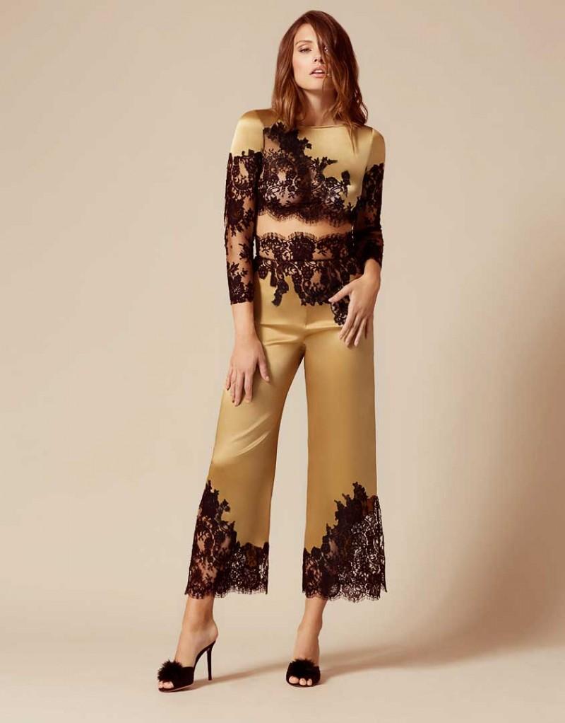 Брюки пижамы NayeliОдежда<br>Nayeli - это великолепное сочетание бескомпромиссной роскоши и абсолютного изящества. Золотые брюки выполнены в особой традиционной технике: аппликации черного французского кружева ливерс украшают шелковую базу, создавая привлекательный микс текстуры и яркого цвета. Широкие элегантные брюки с высокой талией декорированы черным кружевом по низу и вдоль пояса. Восхитительный подарок, эти брюки прекрасно сочетаются с другими моделями деми-кутюрной коллекции Nayeli. Наденьте их на выход для создания роскошного вечернего образа.<br><br>Возраст: Взрослый<br>Размер: S (2 AP);M (3 AP)<br>Цвет: Золотой<br>Состав: 94% шёлк 6% эластан<br>Страна-производитель: Китай