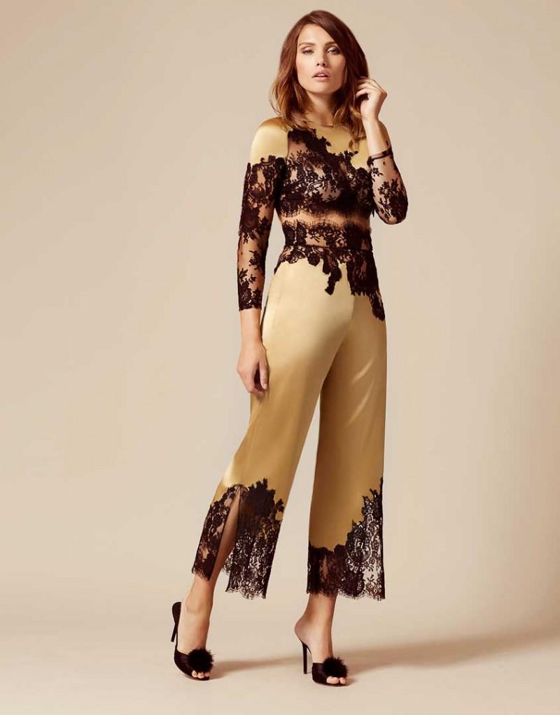Брюки пижамы NayeliОдежда<br>Nayeli - это великолепное сочетание бескомпромиссной роскоши и абсолютного изящества. Золотые брюки выполнены в особой традиционной технике: аппликации черного французского кружева ливерс украшают шелковую базу, создавая привлекательный микс текстуры и яркого цвета. Широкие элегантные брюки с высокой талией декорированы черным кружевом по низу и вдоль пояса. Восхитительный подарок, эти брюки прекрасно сочетаются с другими моделями деми-кутюрной коллекции Nayeli. Наденьте их на выход для создания роскошного вечернего образа.<br><br>Возраст: Взрослый<br>Размер: M (3 AP)<br>Цвет: Золотой<br>Пол: Женский<br>Состав: 94% шёлк 6% эластан<br>Страна-производитель: Китай