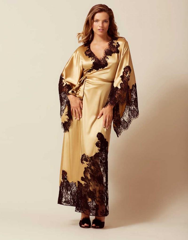 Длинное кимоно NayeliОдежда<br>Nayeli - это великолепное сочетание бескомпромиссной роскоши и абсолютного изящества. Золотое кимоно выполнено в особой традиционной технике: аппликации черного французского кружева ливерс украшают шелковую базу, создавая привлекательный микс текстуры и яркого цвета. Длинное кимоно с запахом и широкими свободными рукавами дополнено поясом на талии. Сочетайте с другими моделями деми-кутюрной коллекции Nayeli.<br><br>Возраст: Взрослый<br>Размер: S/M<br>Цвет: Золотой<br>Состав: 94% шёлк 6% эластан<br>Страна-производитель: Китай