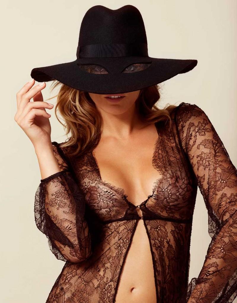Шляпа ThelmaАксессуары<br>Необходимый шикарный аксессуар для девушек с чувством юмора, Thelma сочетает в себе стиль и озорство AP. Шляпа в стиле кантри с широкими полями из роскошного черного фетра вручную изготовлена во Франции. Шляпу украшает шелковая гофрированная лента и пара кокетливых вырезов, обтянутых кружевом, сквозь которые вы можете наблюдать за своими поклонниками.<br><br>Возраст: Взрослый<br>Размер: U<br>Цвет: Черный<br>Пол: Женский<br>Состав: 90% шерсть 5% нейлон 3% вискоза 2% хлопок<br>Страна-производитель: Франция