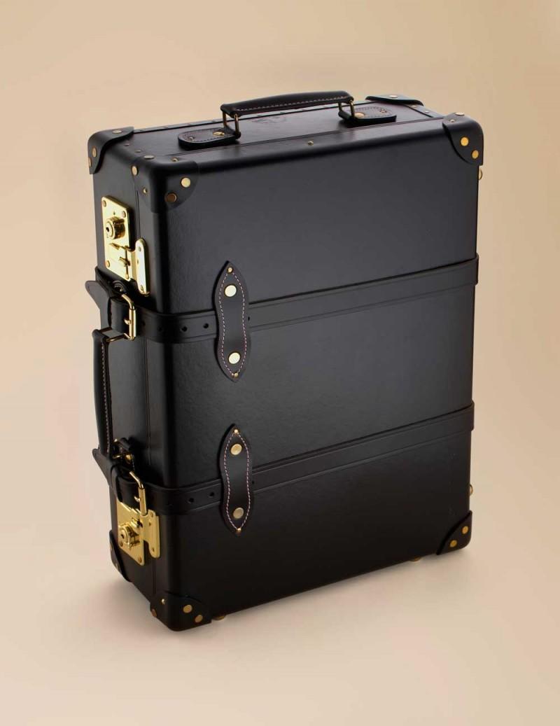 Чемодан APЧемоданы<br>Стильный и элегантный, этот чемодан прекрасно подойдет как для деловых, так и для романтических поездок. Это шикарный чемодан черного цвета с деталями из лаковой кожи и застежками из латуни золотого цвета. Внутри чемодана вы увидите подкладку с эклюзивным принтом Agent Provacateur на нежно-розовом шелке. Размеры 76 x 47 x 24 см.<br><br>Возраст: Взрослый<br>Размер: U<br>Цвет: Черный