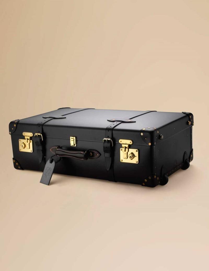 Чемодан AP TrolleyЧемоданы<br>Стильный и роскошный чемодан прекрасно подходит как для деловой поездки, так и для романтического рандеву. Выполнен в черном цвете с деталями из черной лакированной кожи и золотистыми латунными пряжками. Откройте чемодан, чтобы обнаружить принт на розовом шелке, демонстрирующий путешествие в стиле&amp;nbsp;Agent Provocateur. Размеры 54 x 38 x 18 см, вес 4.2 кг.<br><br>Возраст: Взрослый<br>Размер: U<br>Цвет: Розовый<br>Пол: Женский